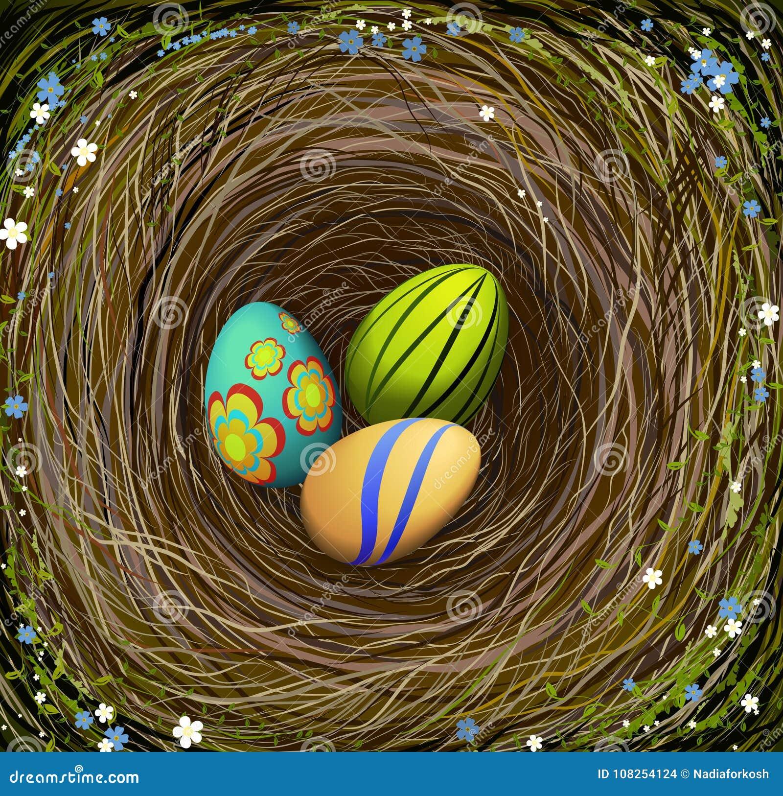 Tre färgade ägg för påsk s i redet med hö som dekorerades med blåa och vita blommor, påsksammansättning,