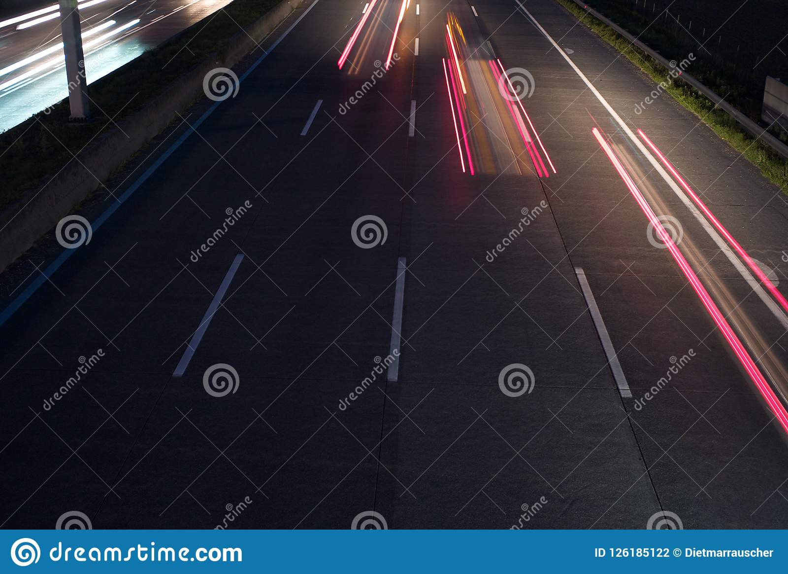 Tre fanali posteriori rossi sull autostrada senza pedaggio