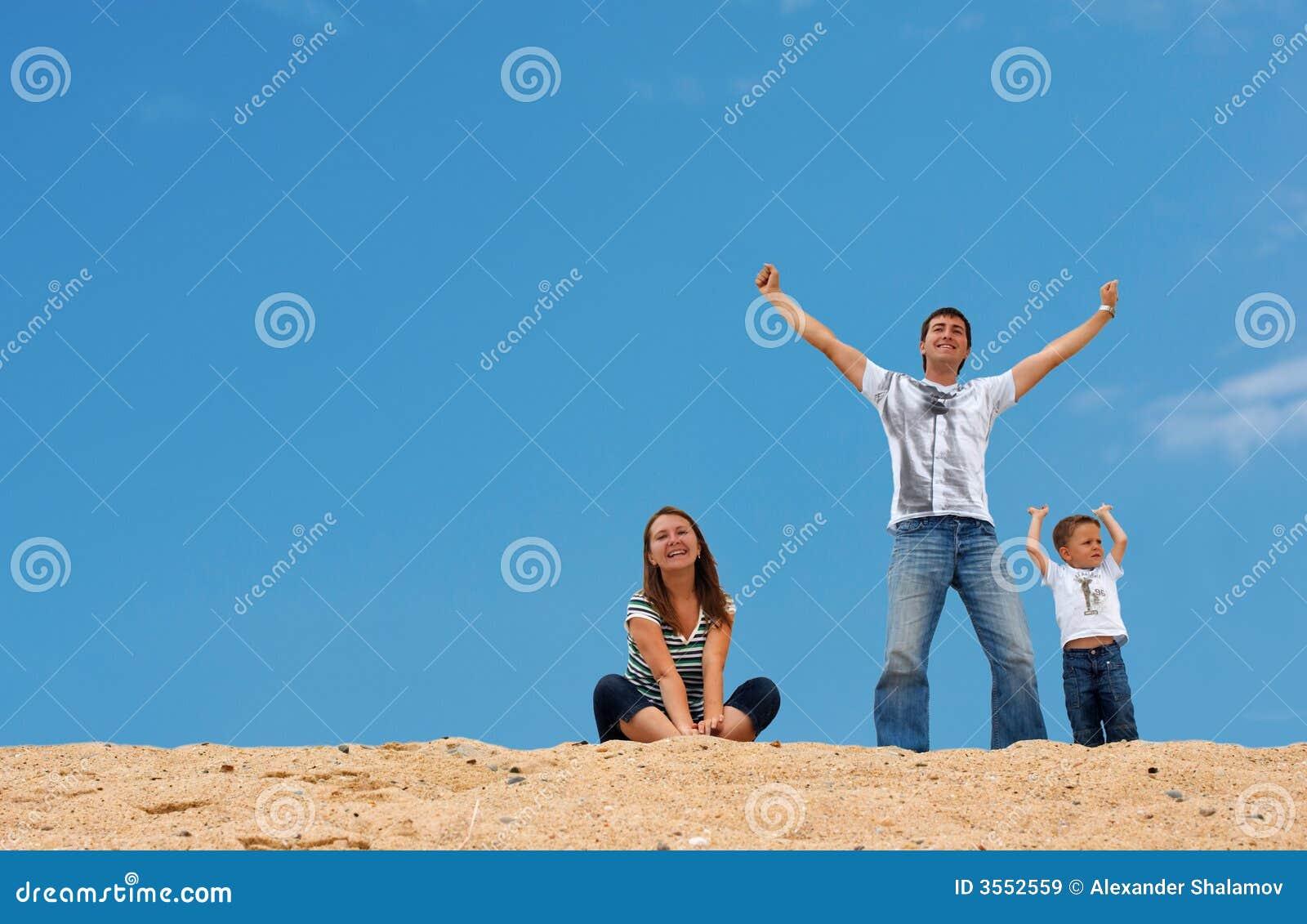 Tre felici sulla parte superiore della duna di sabbia