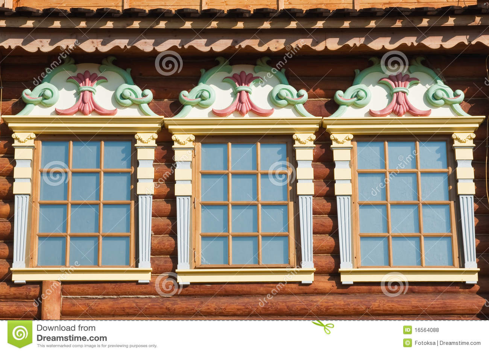 Tre finestre di vecchia casa di legno fotografia stock for Finestre di legno