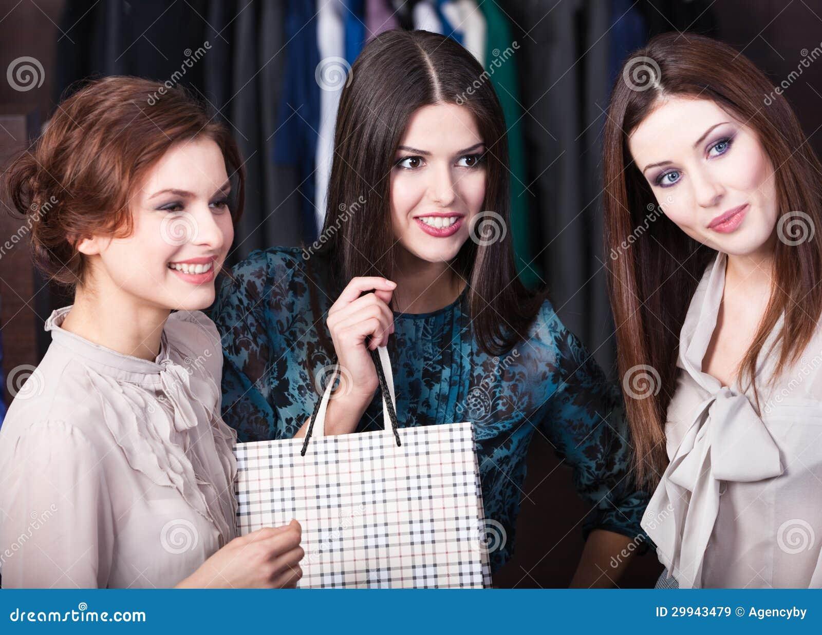 Tre flickor är i lagret
