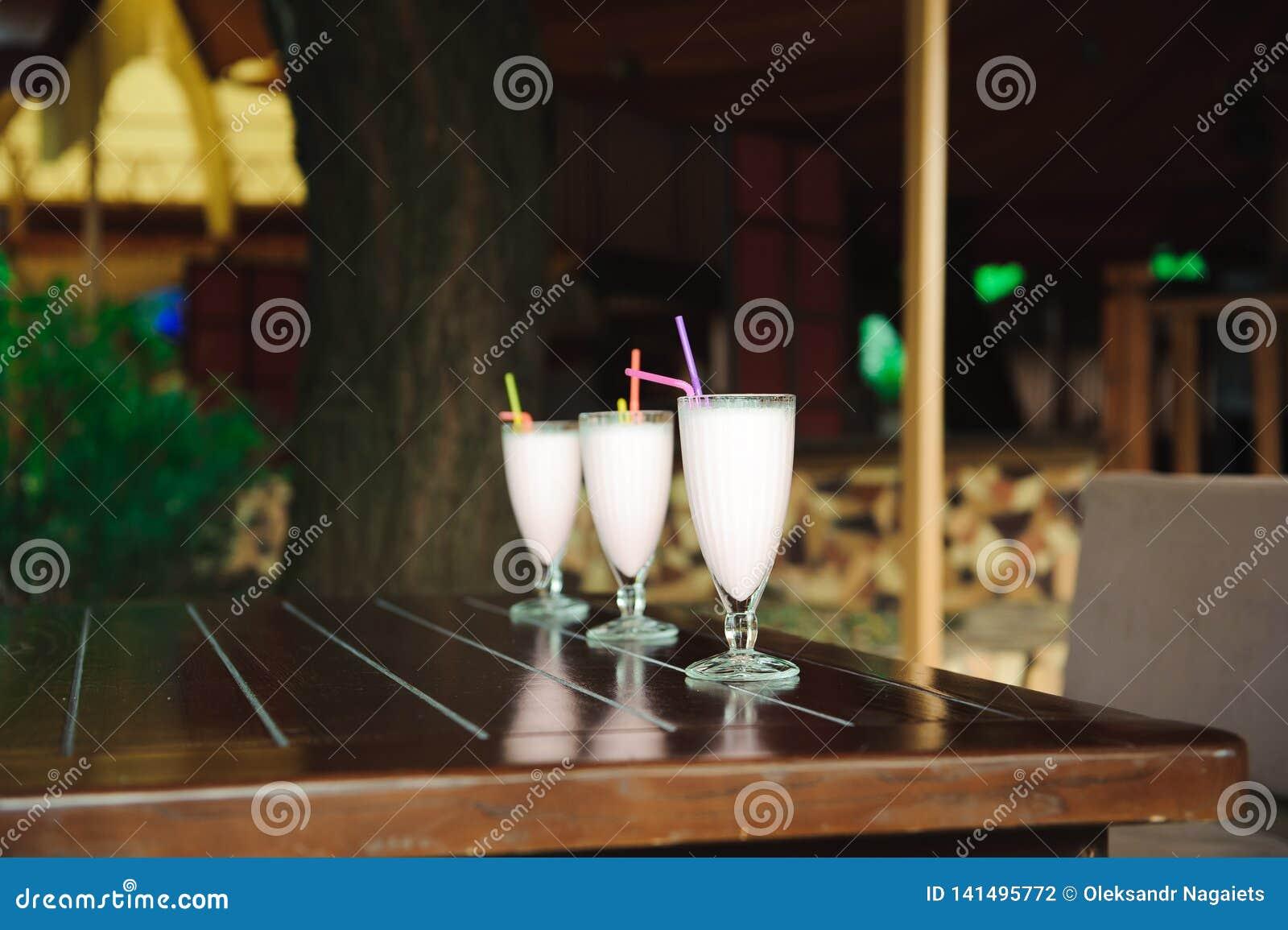 Tre frappé e frullati sulla tavola di legno