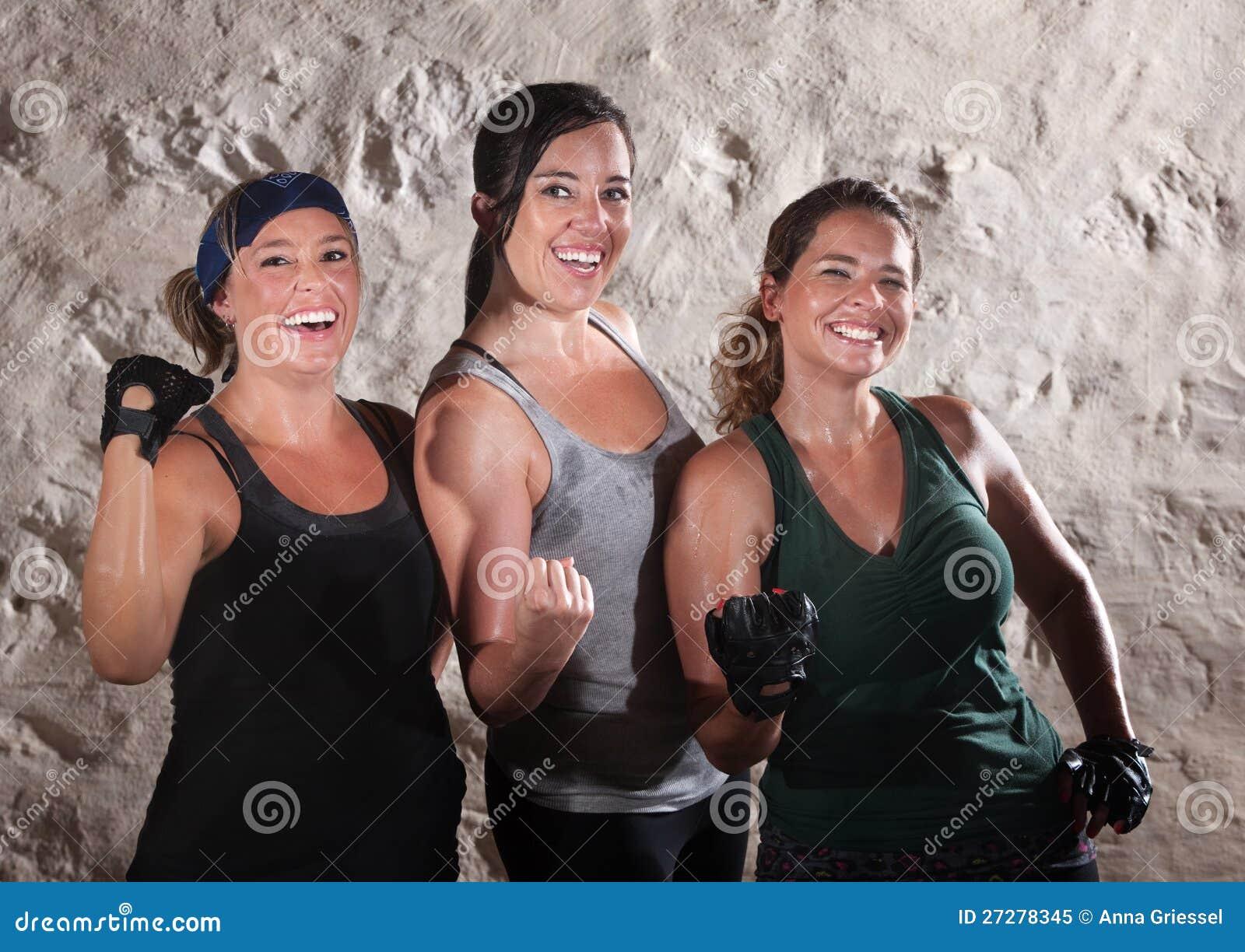 Tre genomköraredamtoalett slader deras Biceps