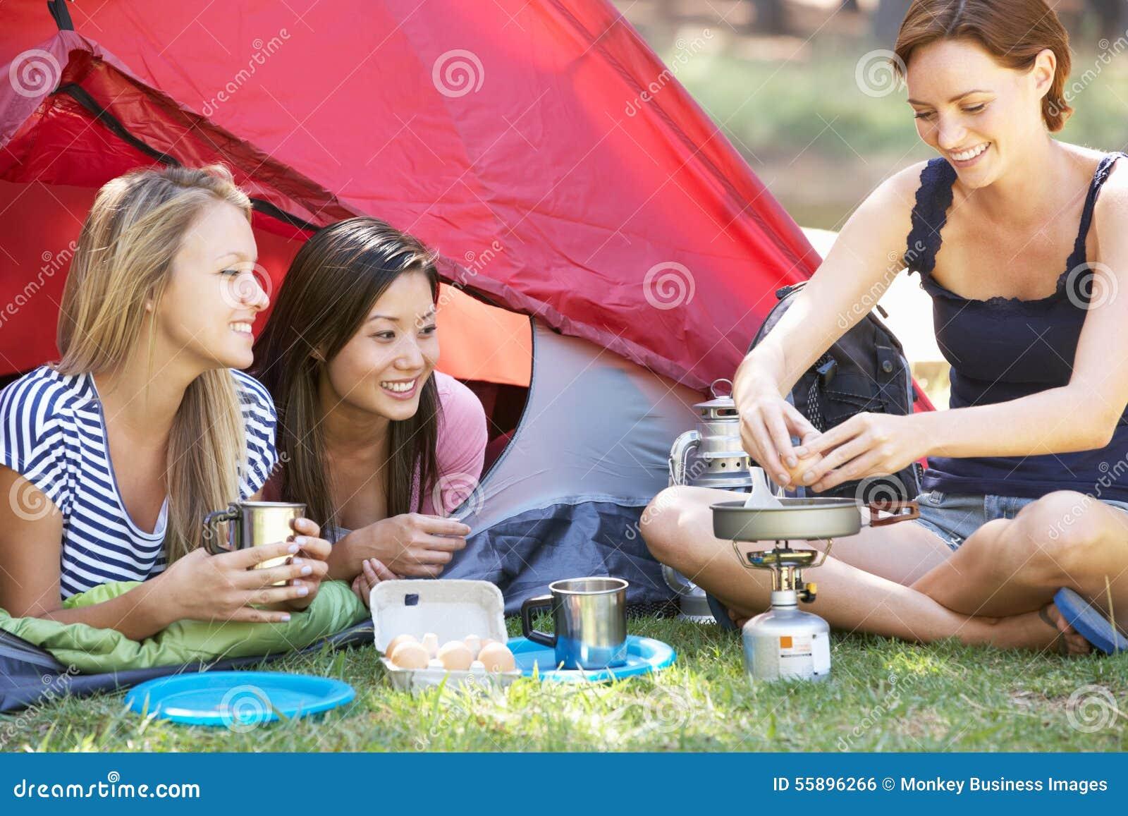 Tre Giovani Donne Che Cucinano Sulla Stufa Di Campeggio Fuori ...