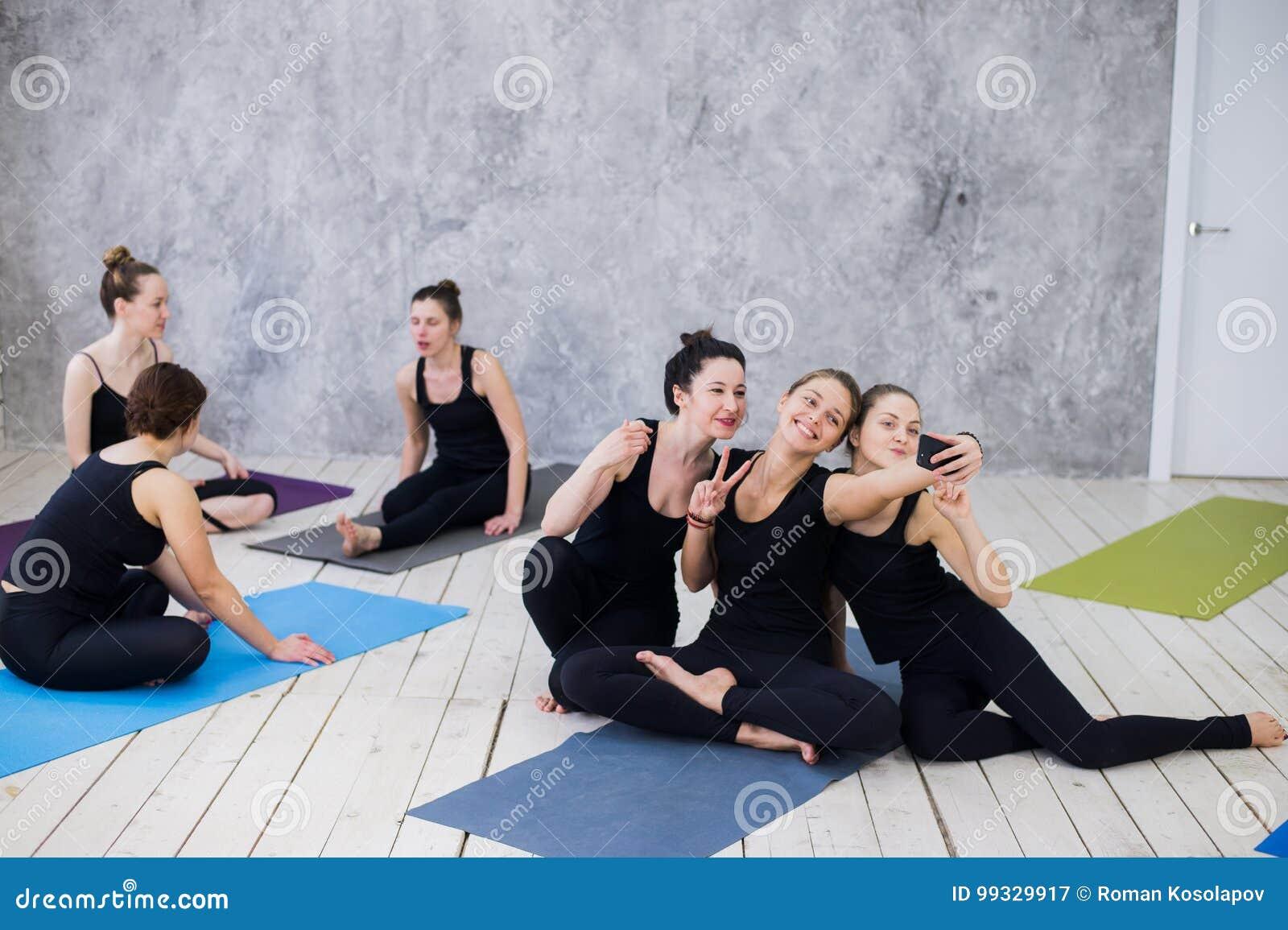 Tre giovani donne che fanno selfie dopo l allenamento alla classe di yoga
