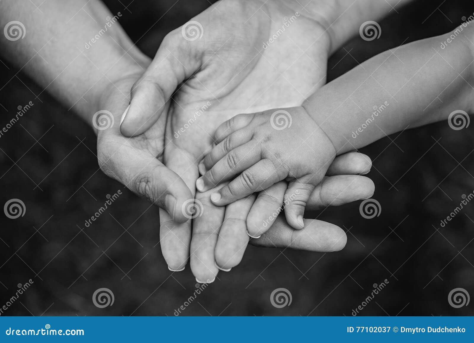 Tre händer av den samma familjen - avla, fostra och behandla som ett barn blir tillsammans Närbild