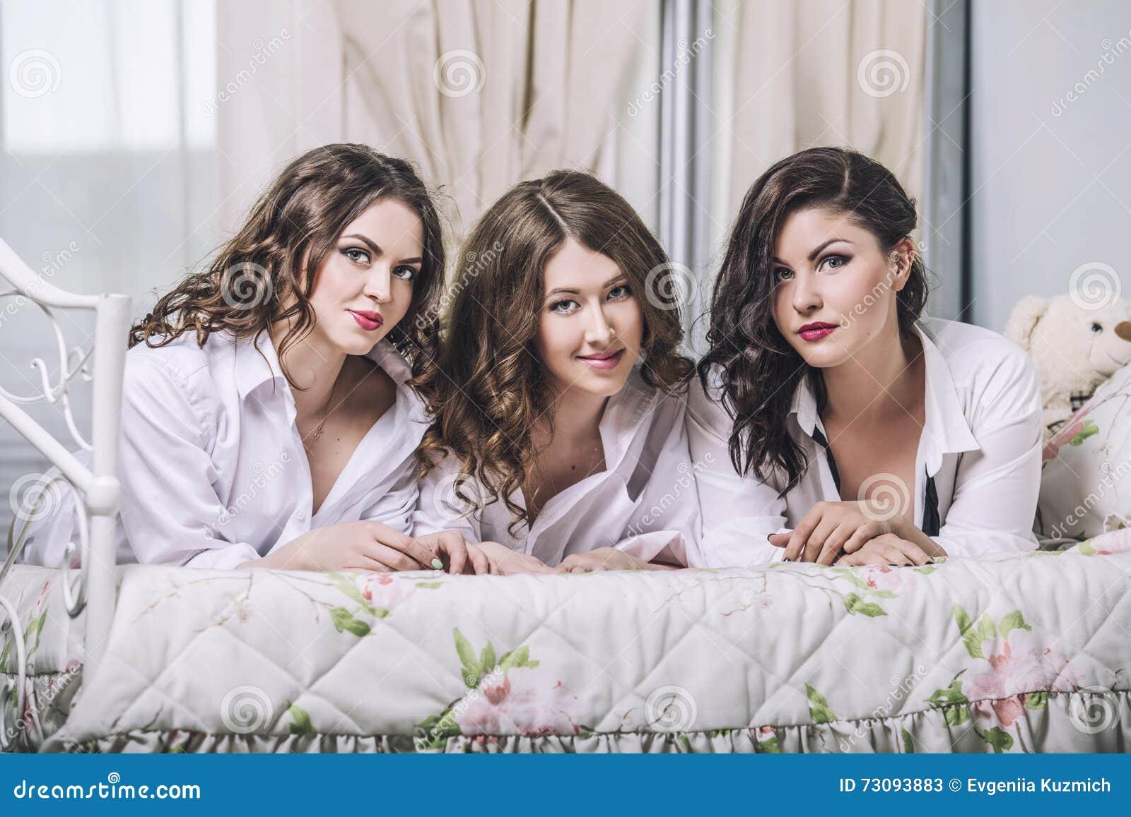 Tre härliga vänner för unga kvinnor som in pratar i sovrummet