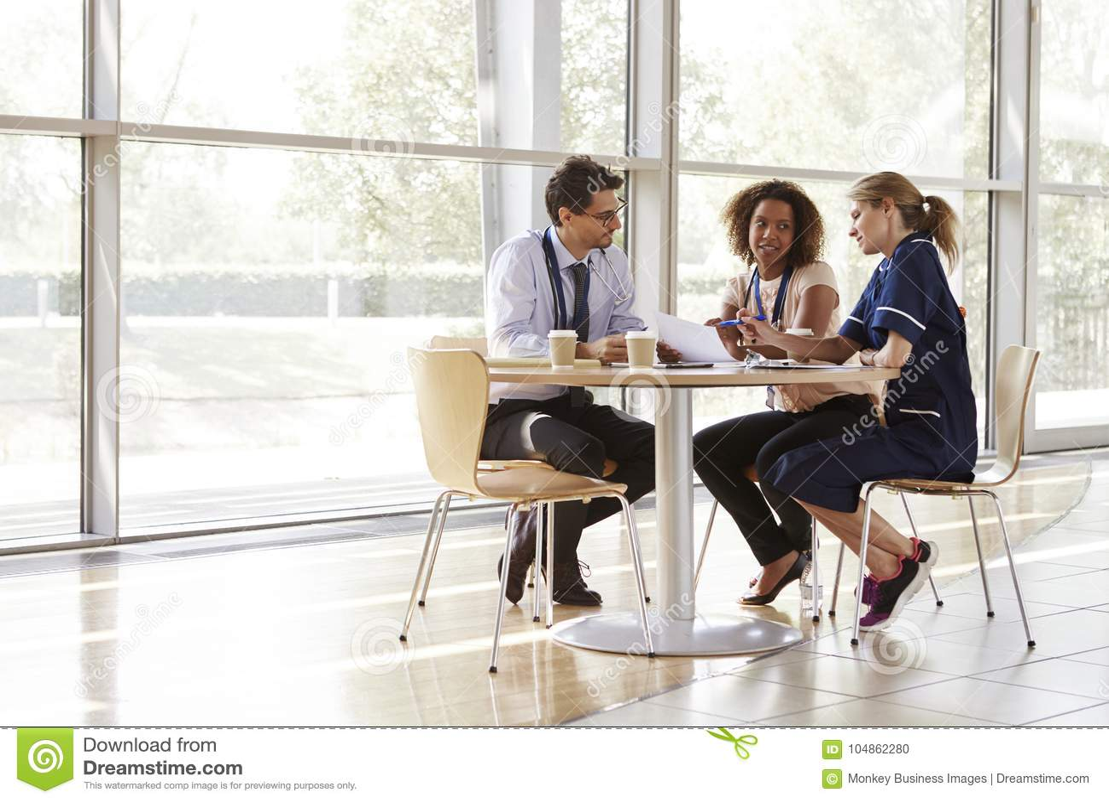 Tre höga sjukvårdarbetare i ett möte
