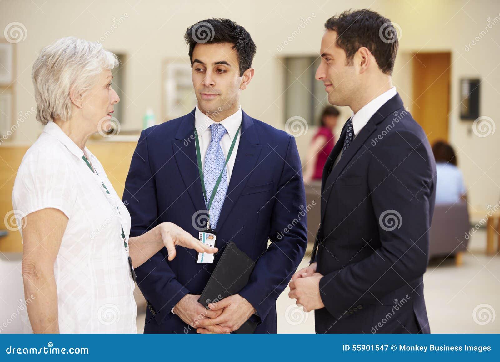 Tre konsulenter som möter i sjukhusmottagande
