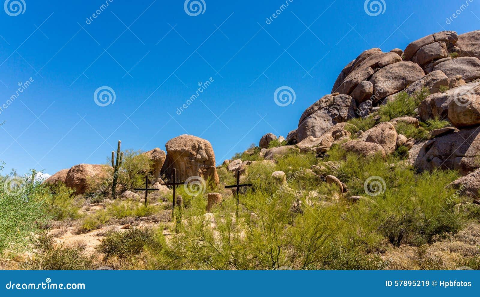 Tre kors på en backe i den Arizona öknen