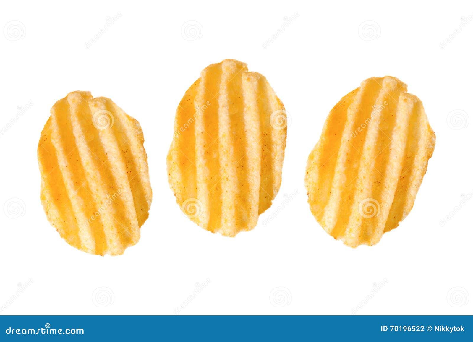Tre krusiga potatischiper på vit