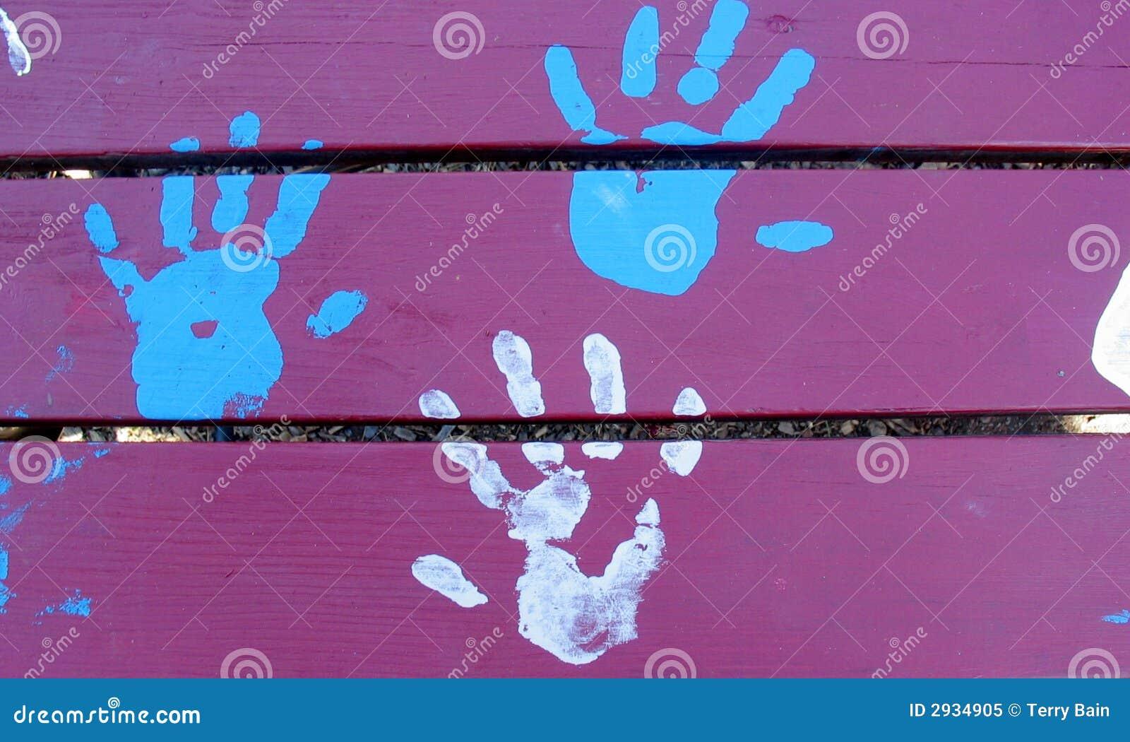 Tre mani, azzurro e bianchi