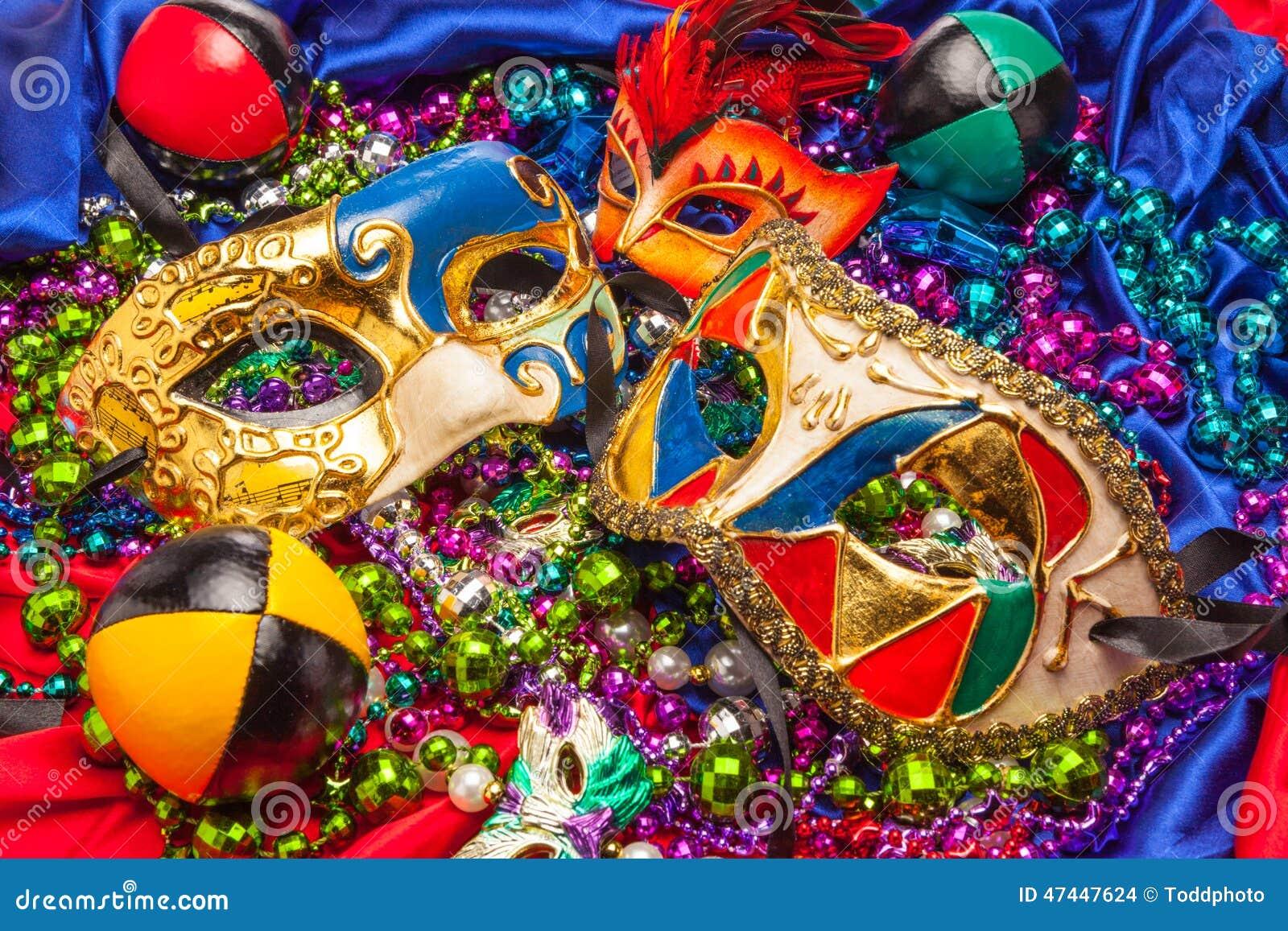 Tre Mardi Gras Masks och pärlor