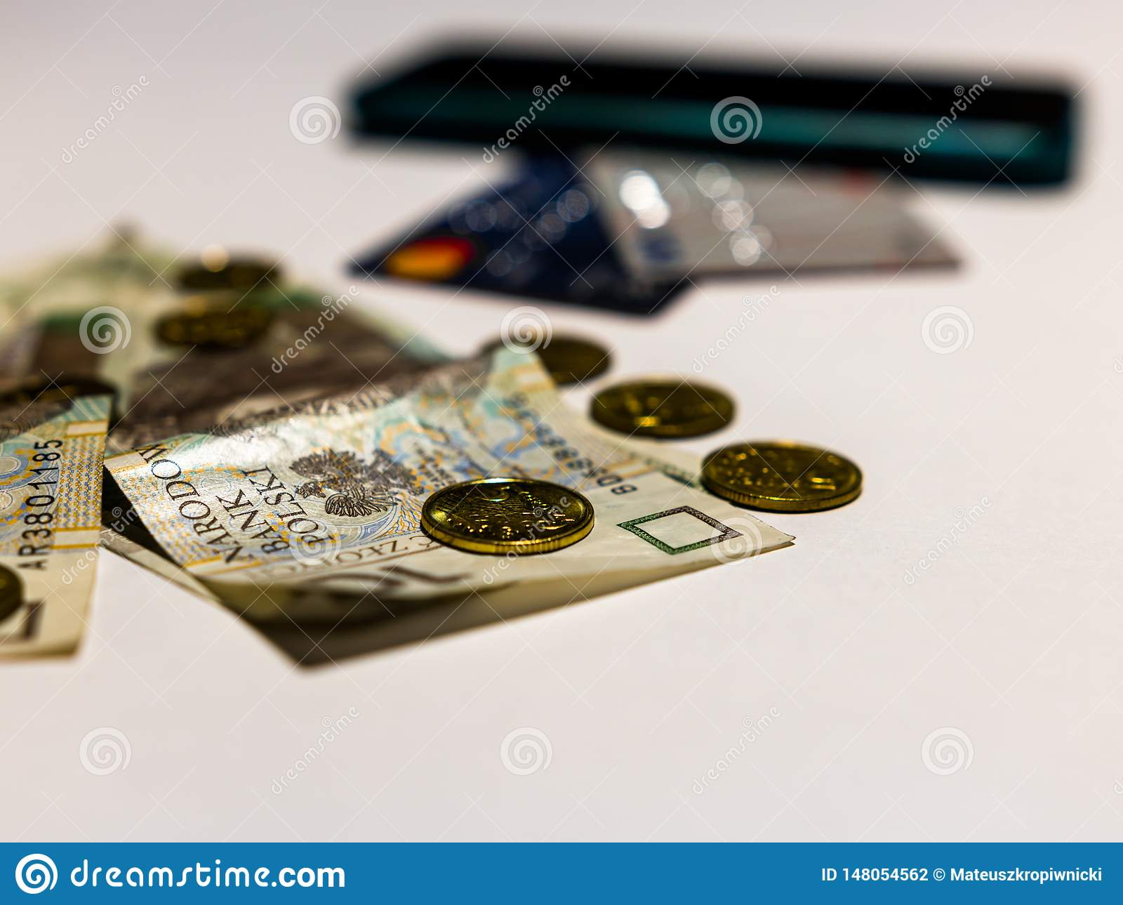 Tre metoder av betalning Foto av polska pengar med moderna kreditkortar och den contactless klara telefonen in ut ur fokus på