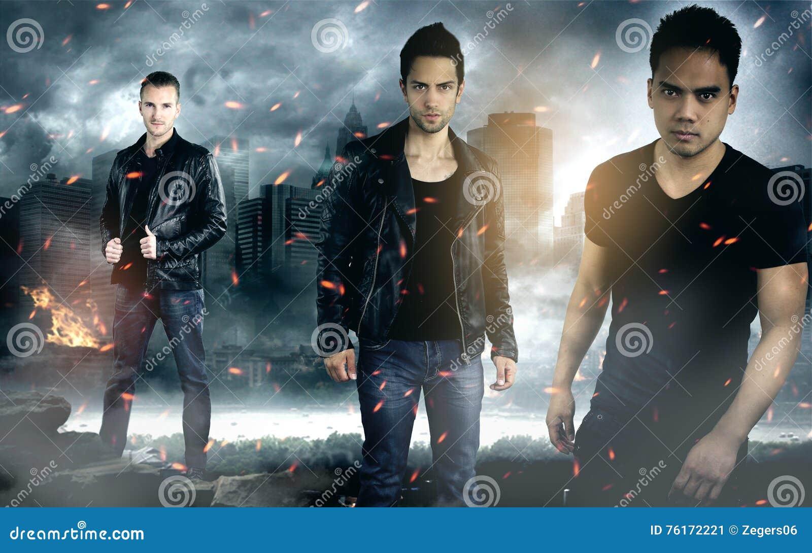 Tre modemän som bär läderomslag