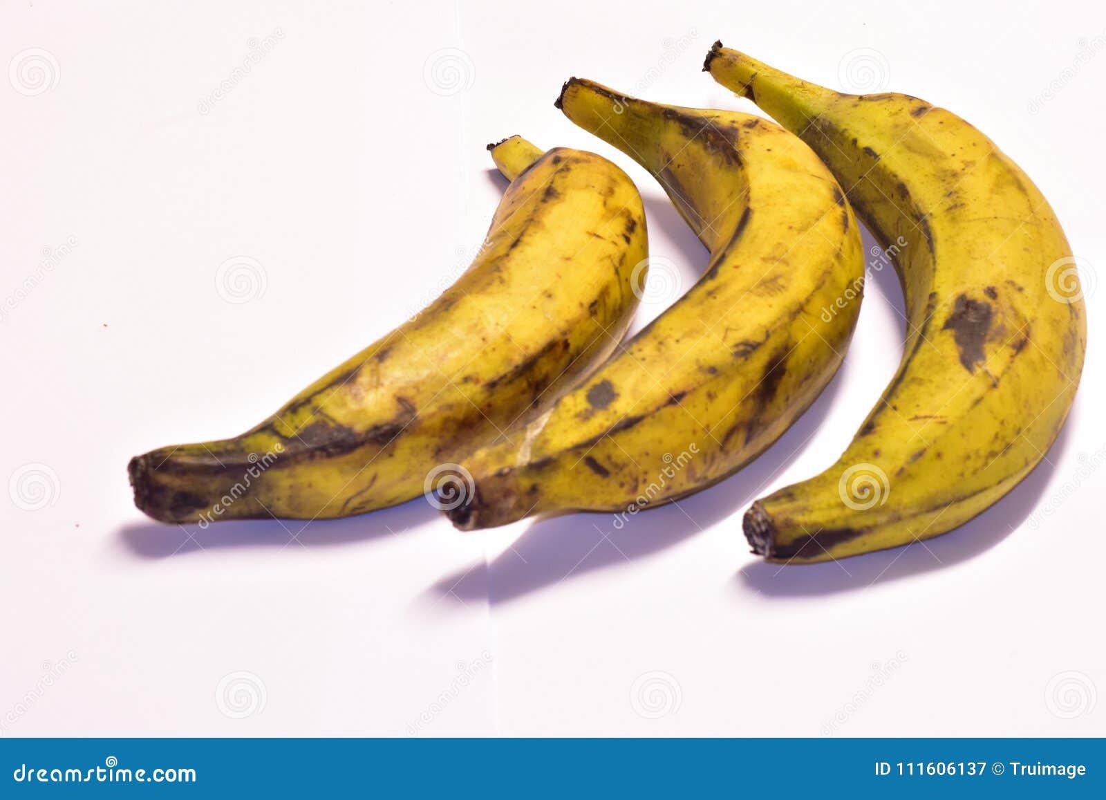 Tre mogna pisang på en tabell