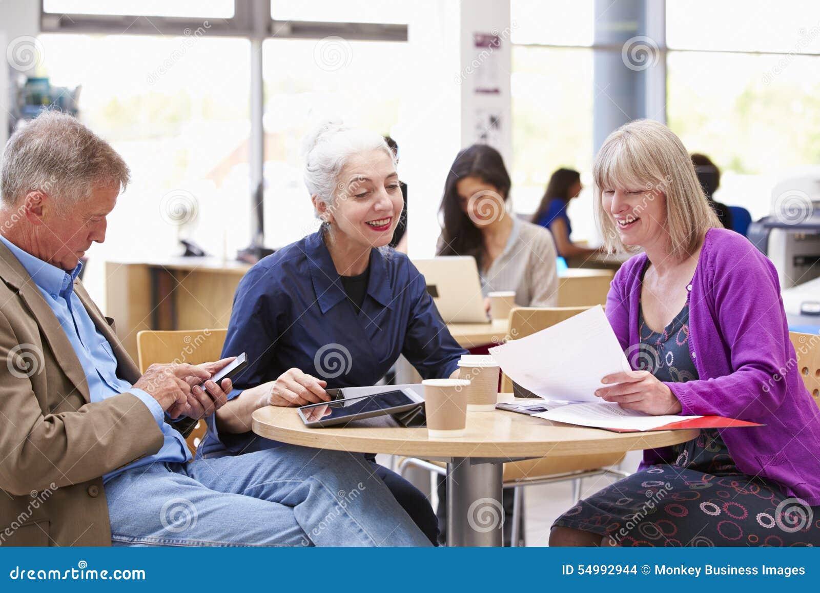 Tre mogna studenter som tillsammans samarbetar på projekt