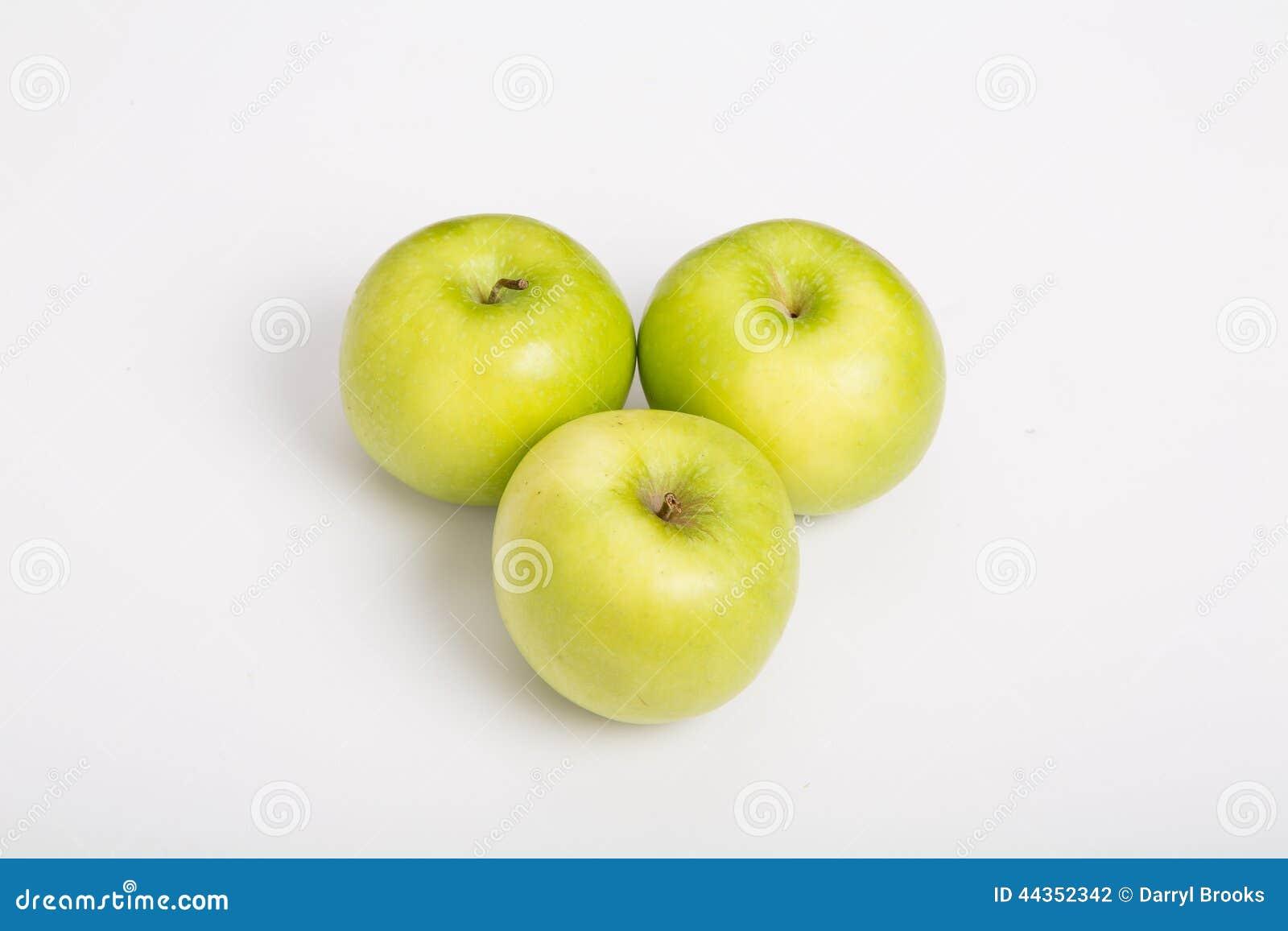 Tre nonna Smith Apples sul contatore bianco