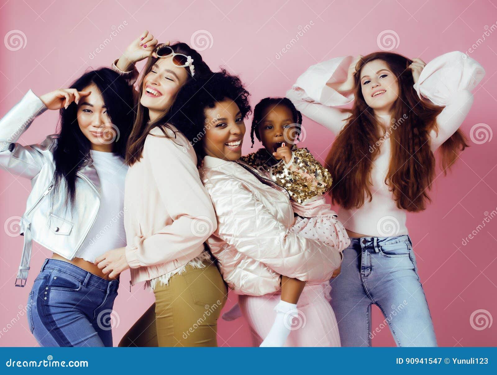 Tre olika nationflickor med diversuty i hud, hår Asiat scandinavian, gladlynt emotionellt för afrikansk amerikan