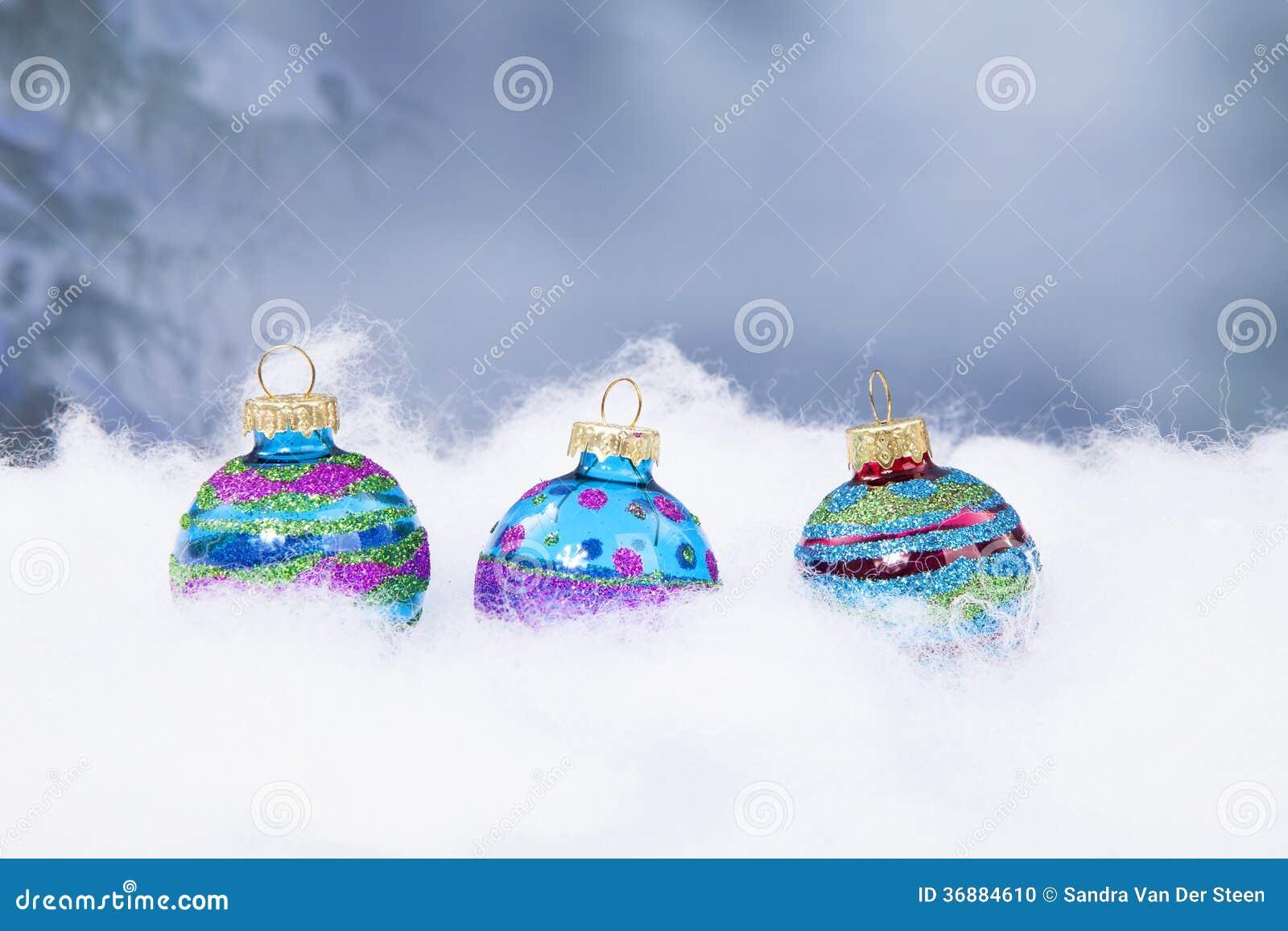 Download Tre Palle Di Natale In Una Fila Fotografia Stock - Immagine di fila, oggetti: 36884610