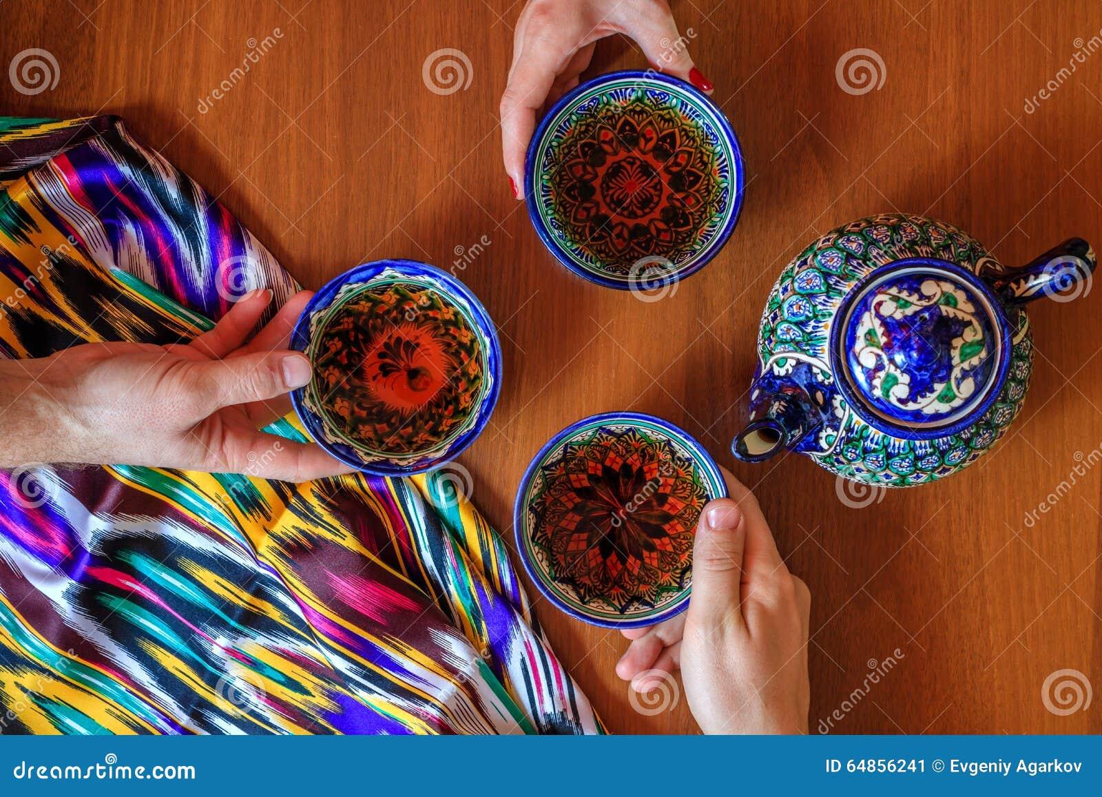 Tre personer som dricker te från pials Samarkand Uzbekistan orientalisk kokkonst