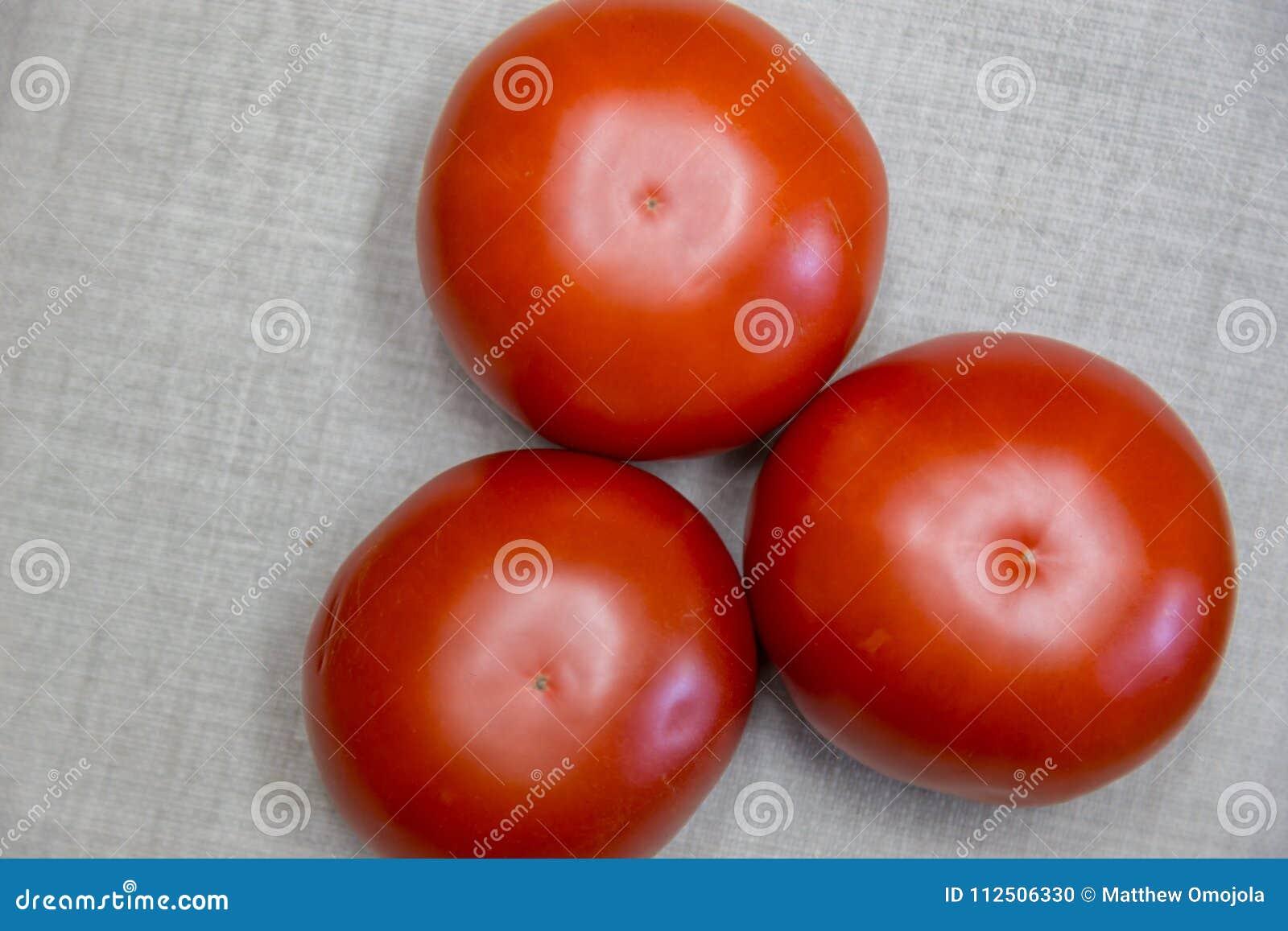 Tre röda nötkötttomater