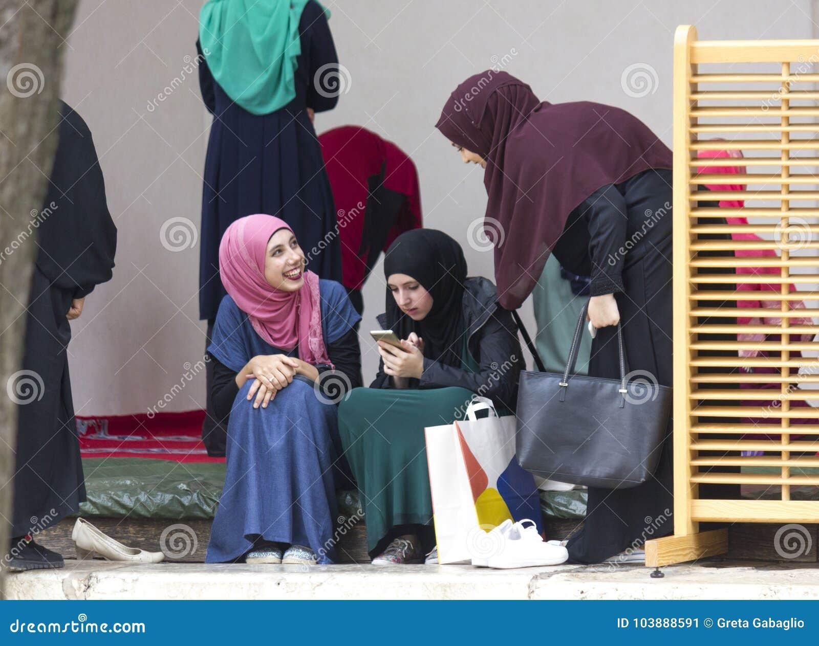 Tre Ragazze Islamiche Si Siedono Nel Cortile Del Husrev Di