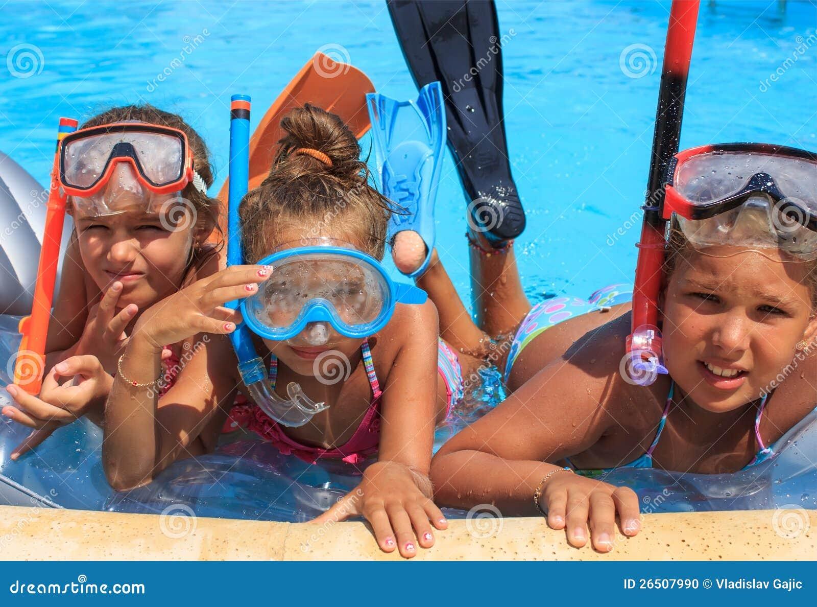 Tre ragazze nella piscina