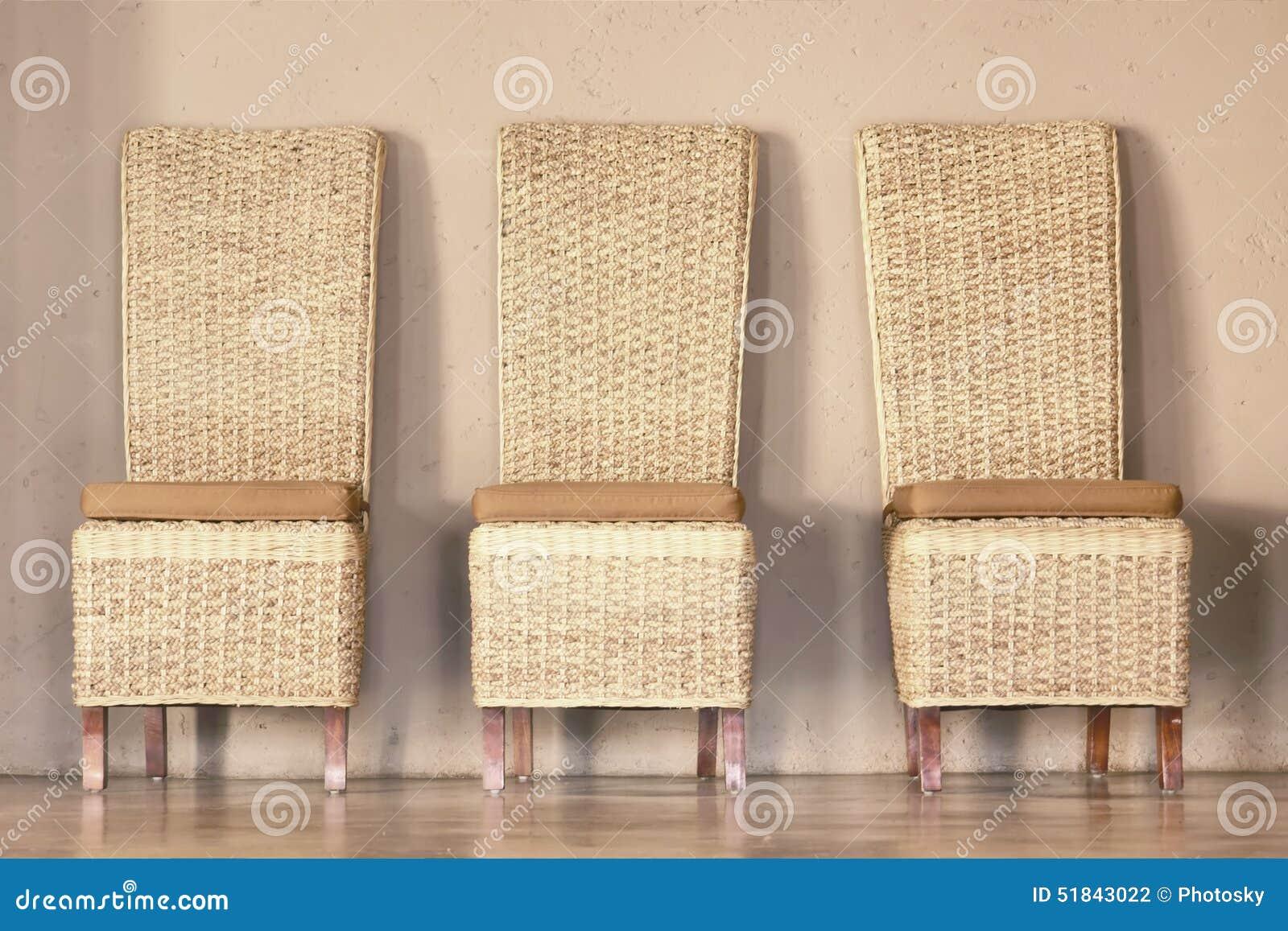 Tre ricoprono di paglia le sedie fotografia stock immagine di