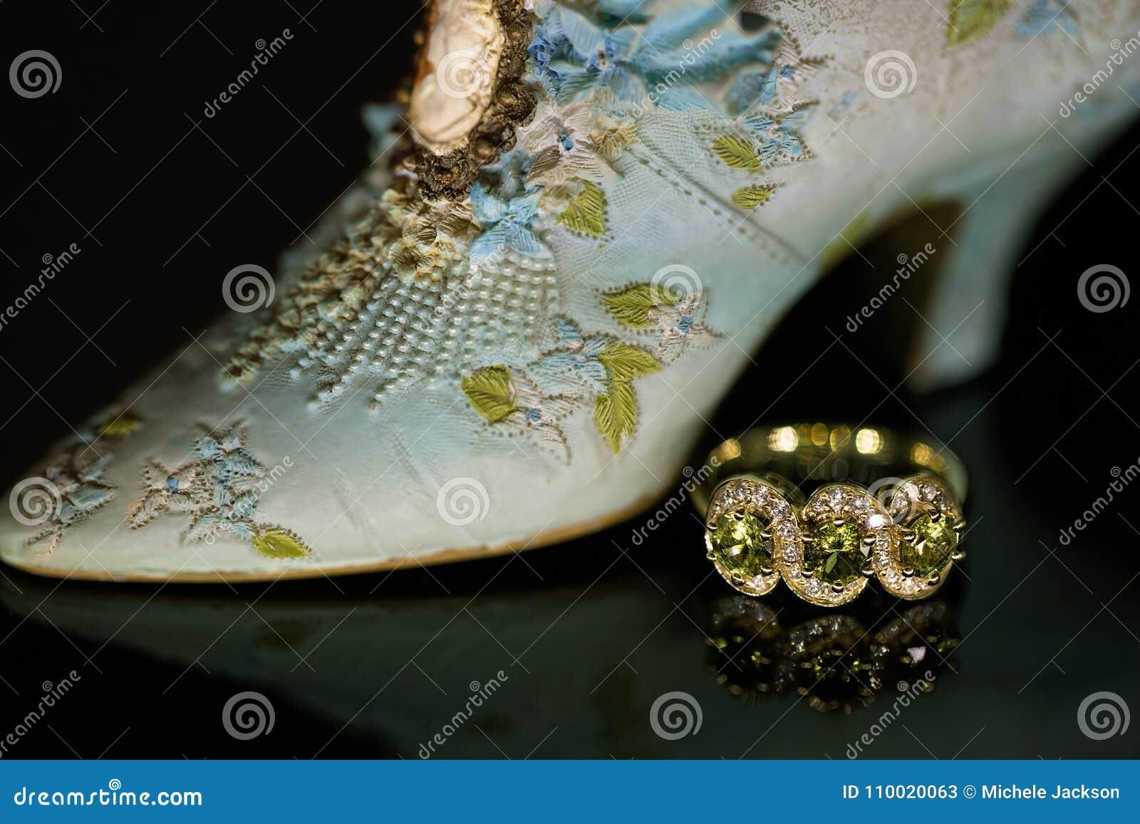 Tre Sapphire Ring Beside Miniature Shoe verde di pietra