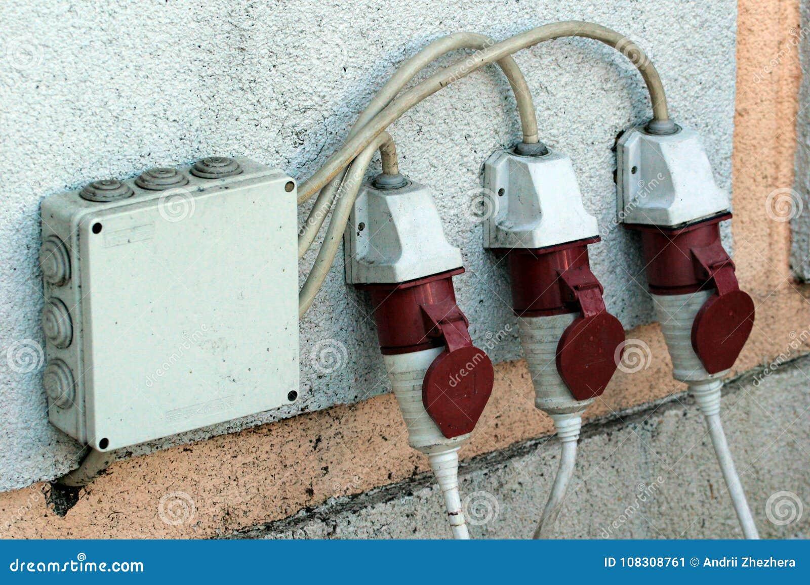 Tre sbocchi elettrici protetti dell umidità su una parete esterna