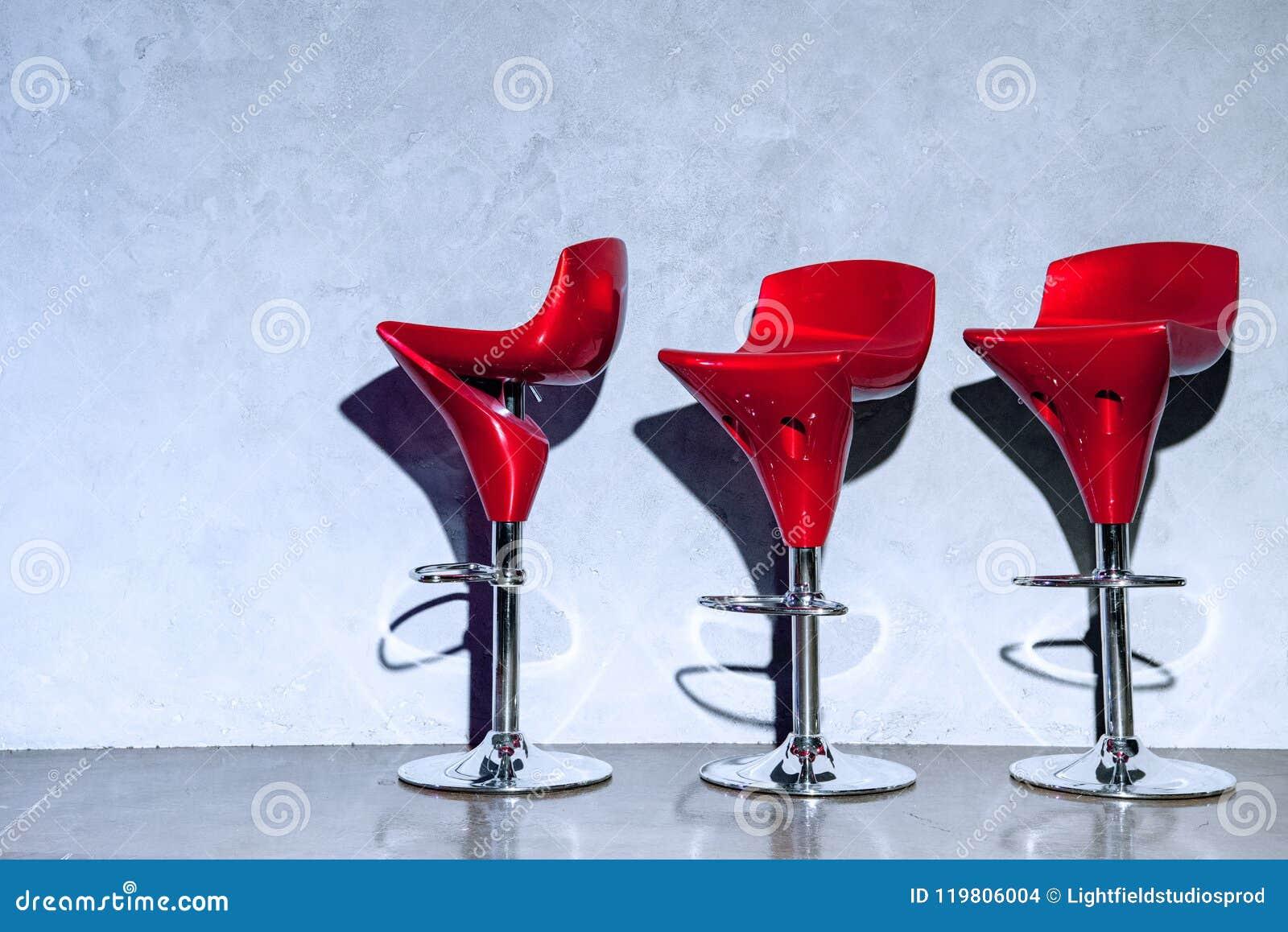 Tre sgabelli da bar vuoti rossi fotografia stock immagine di