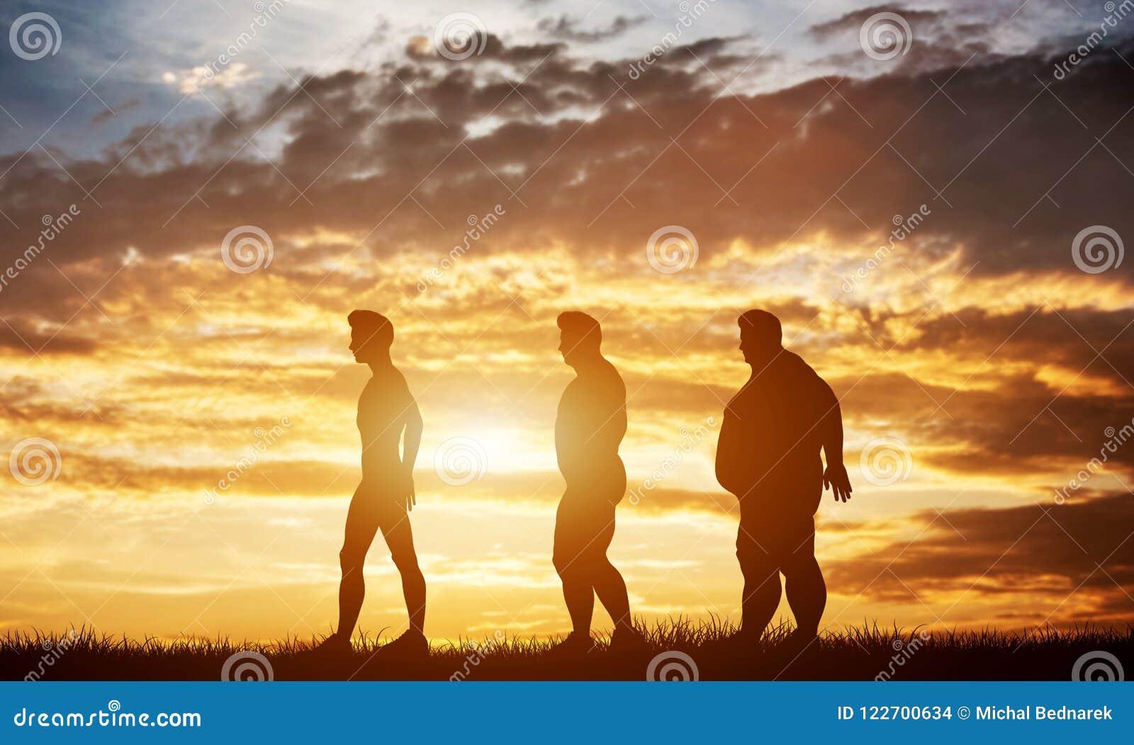 Tre siluette degli uomini con differenti tipi di corpo su un cielo di tramonto