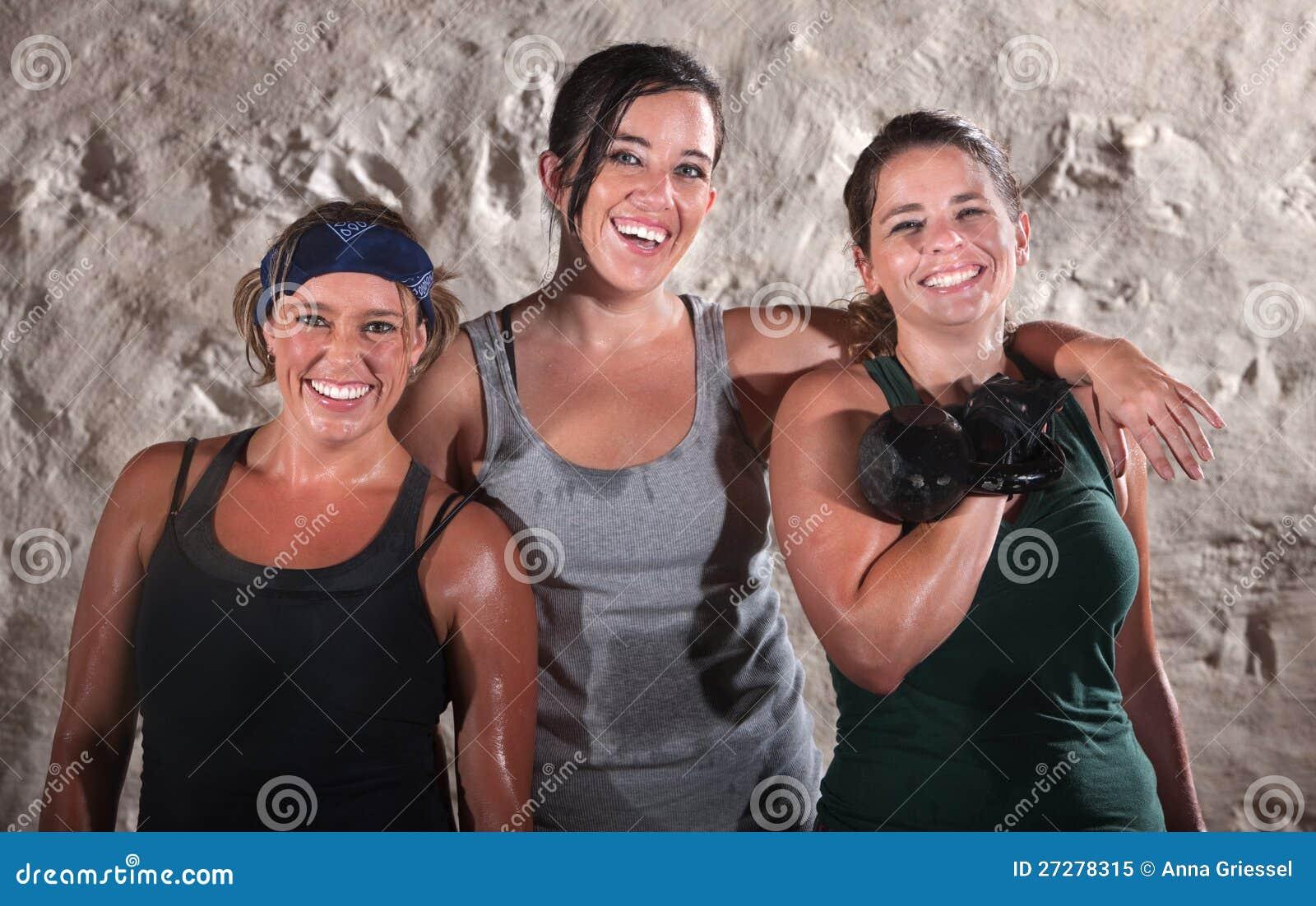 Tre svettiga kvinnor för kängalägergenomkörare