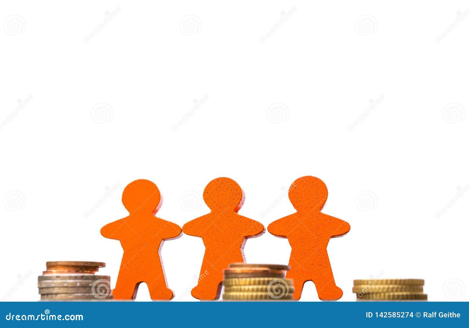 Tre trädiagram med mynt på en vit bakgrund som ett tecken av ökande finanvolumens i partnerskap