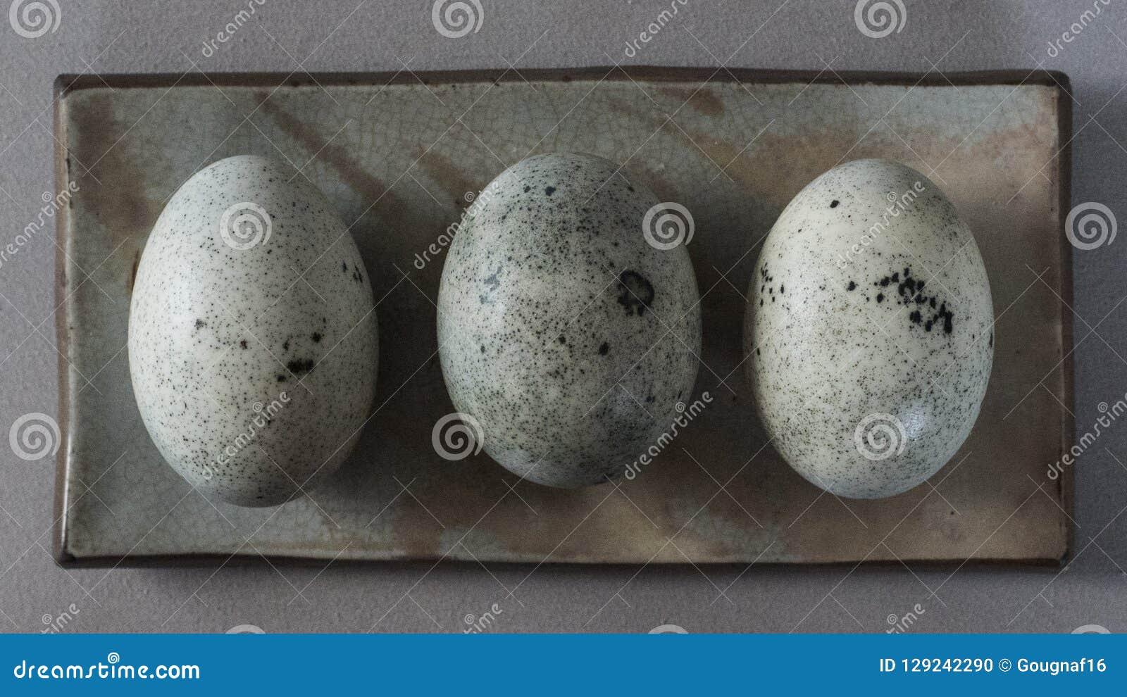 Tre uova di secolo in un piccolo piatto