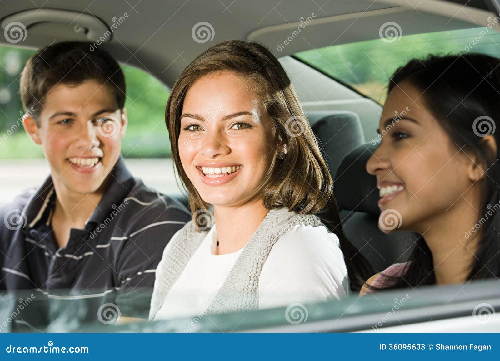 Tre vänner i baksidan av en bil
