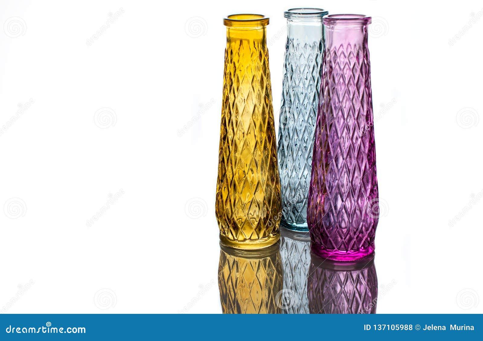 Tre vasi di vetro colorato con un modello