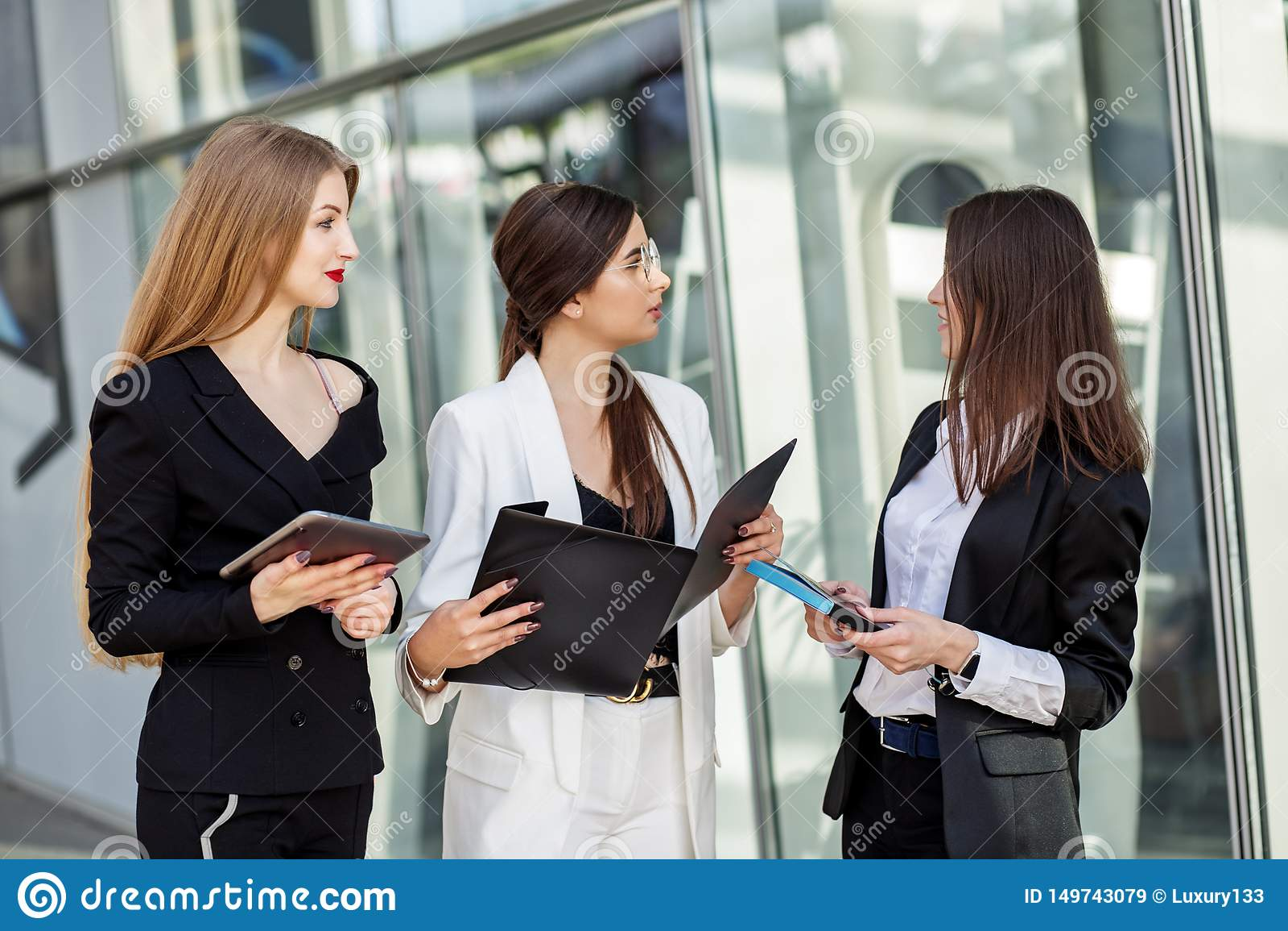 Tre vuxna partners att diskutera planet Begrepp för affär, marknadsföring, finans, arbete, planläggning och livsstil