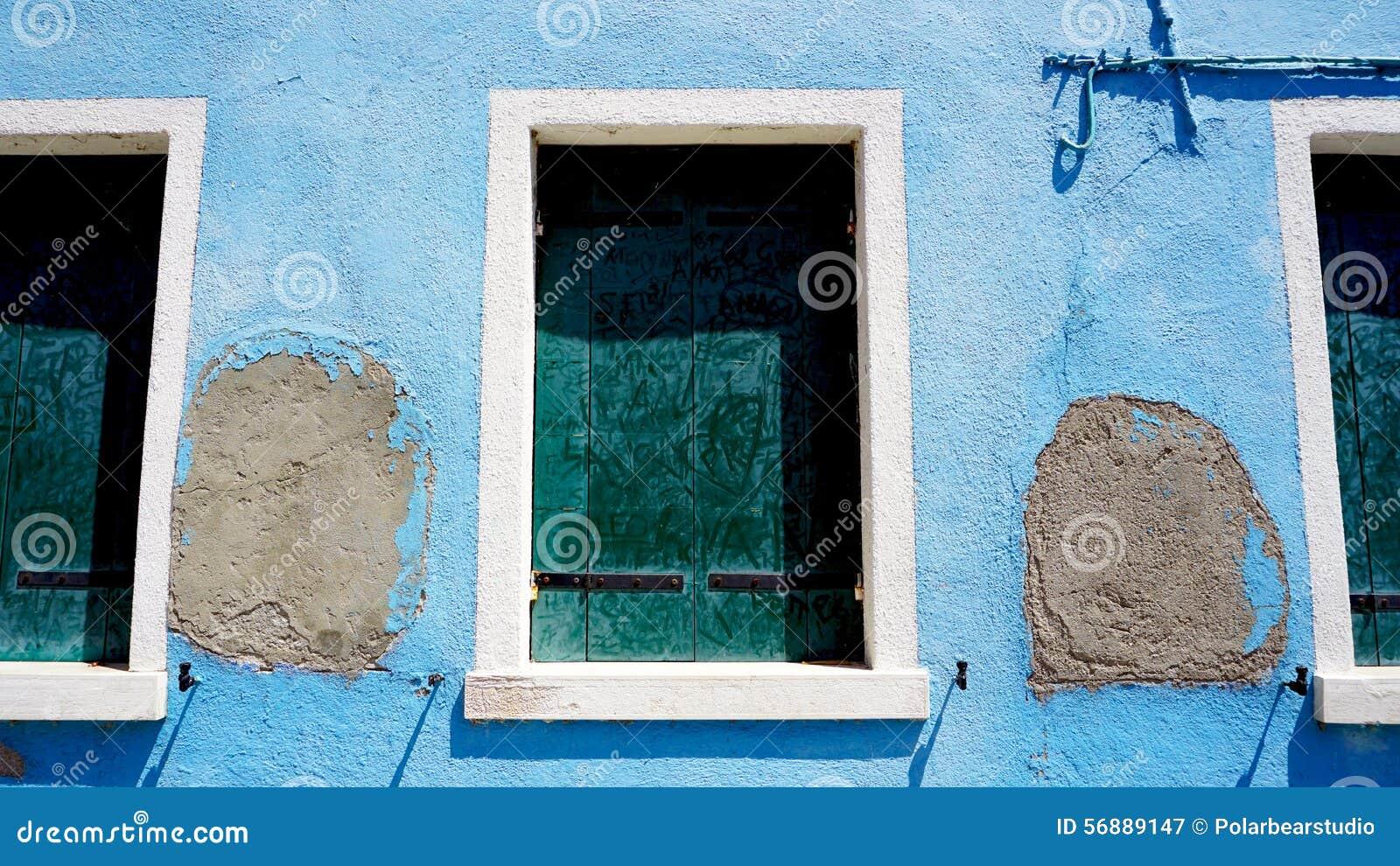 Tre Windows in Burano sulla parete del blu di decadimento