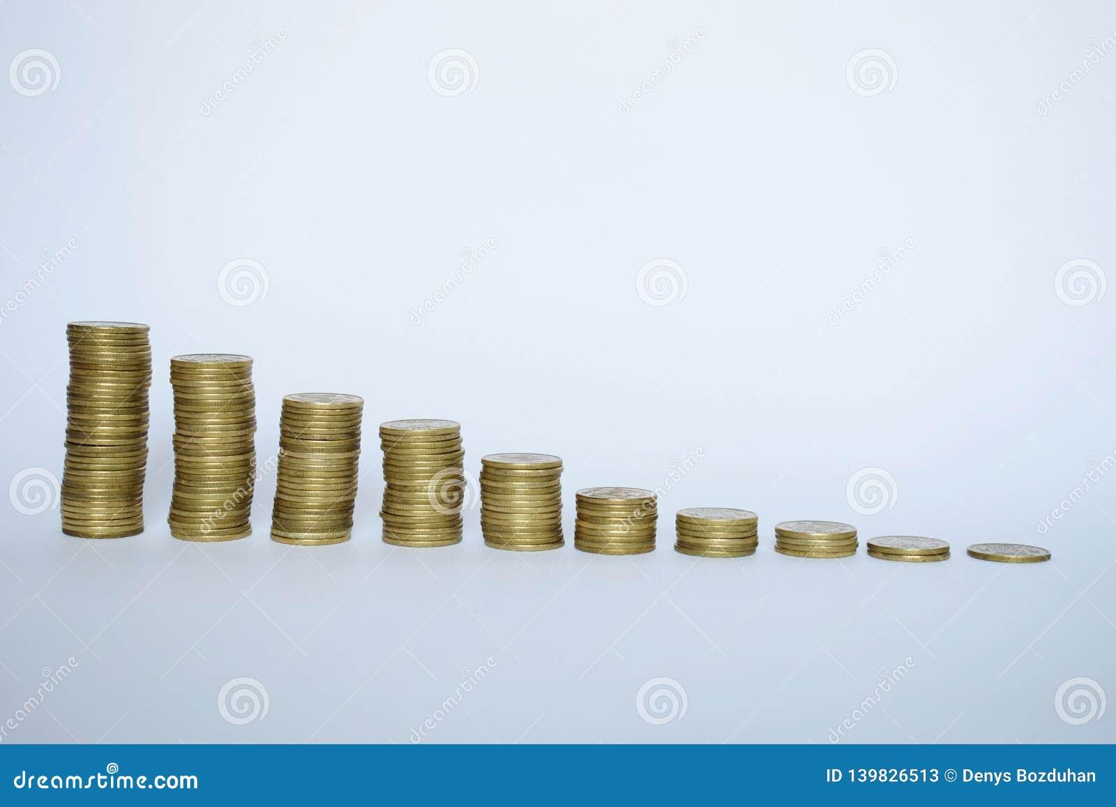 Trede aan rijkdom van gouden die muntstukken op wit worden geïsoleerd