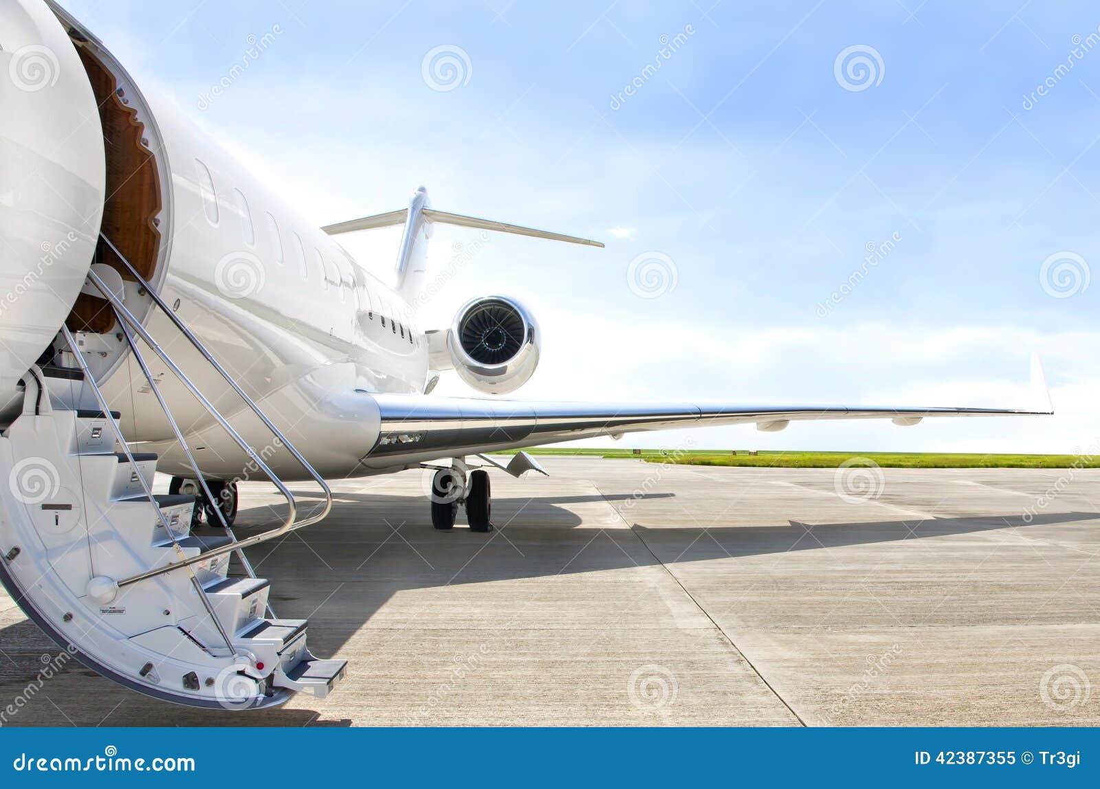 Treden met straalmotor op een privé vliegtuig - Bombardier
