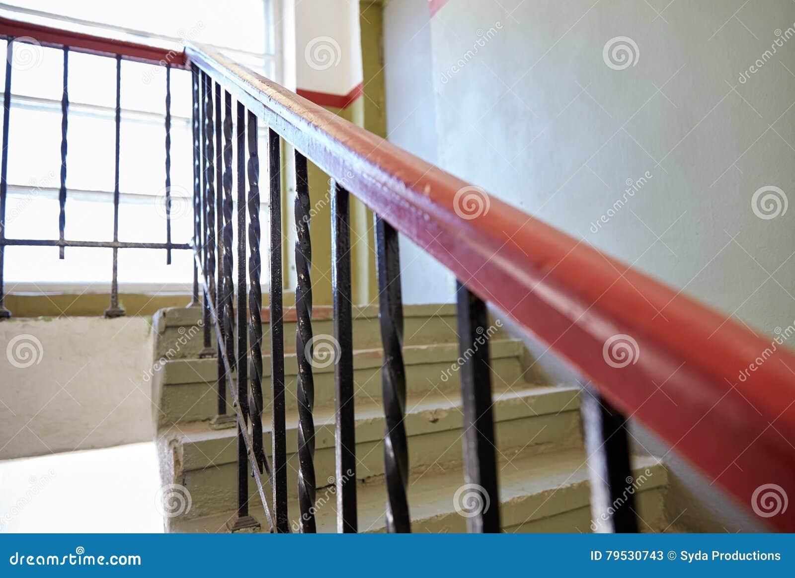 Tredetraliewerk op trap bij het leven huis stock afbeelding