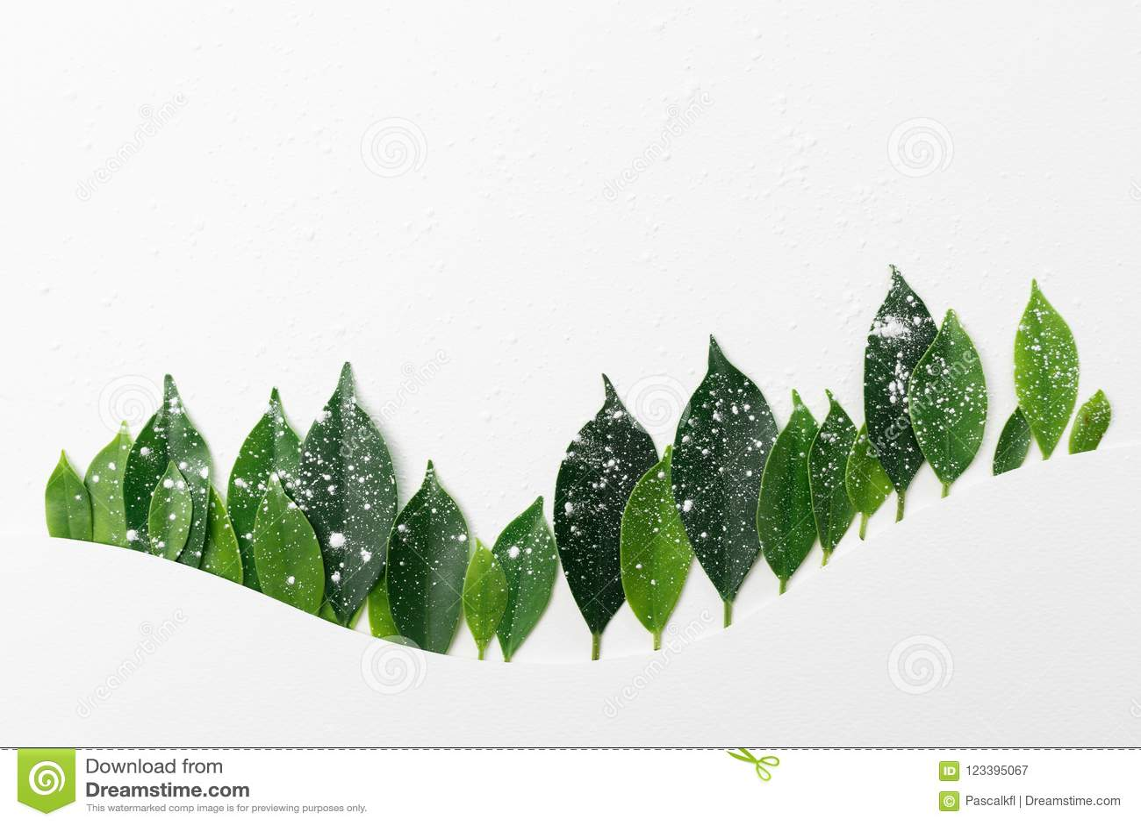 Treeline сделанное из зеленых листьев, минимальная концепция леса горы природы Плоский дизайн для задней земли,