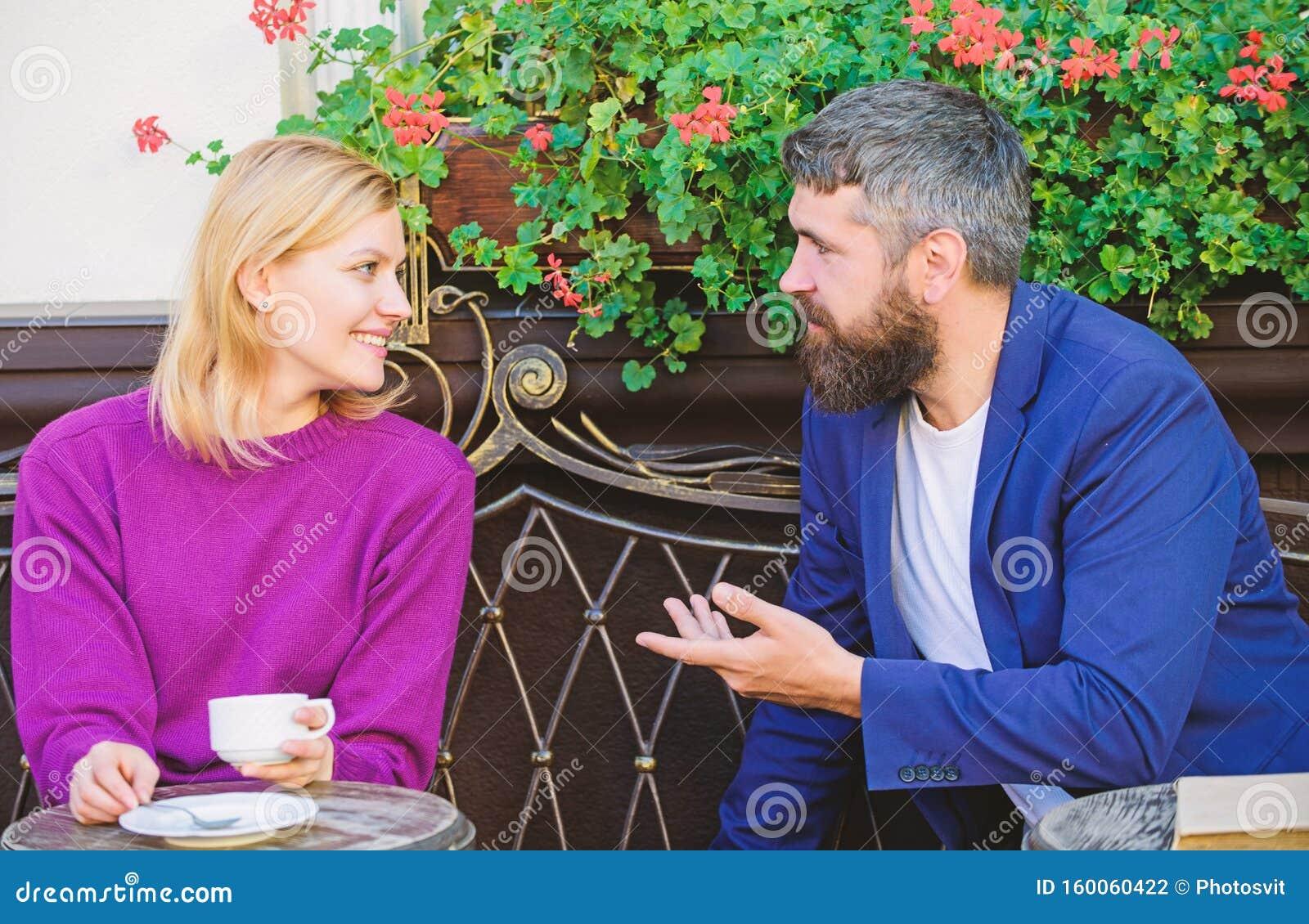 Treffen Mit Menschen Zum Ersten Mal Couchterrasse Mit Kaffee Gelegentlich Treffen Bekanntschaft
