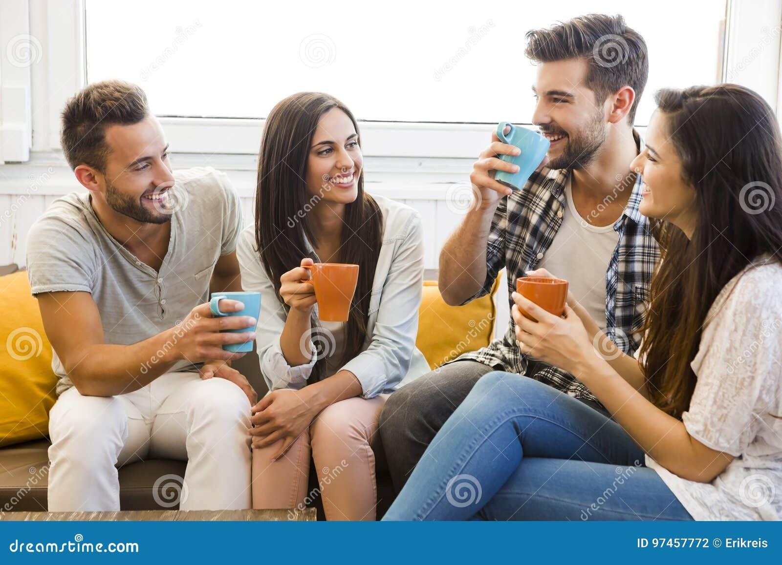 Treffen von Freunden stockfoto. Bild von freunden, treffen - 97457772