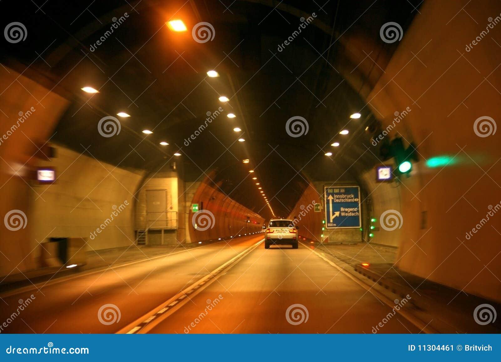 Treiben Sie in Tunnel an