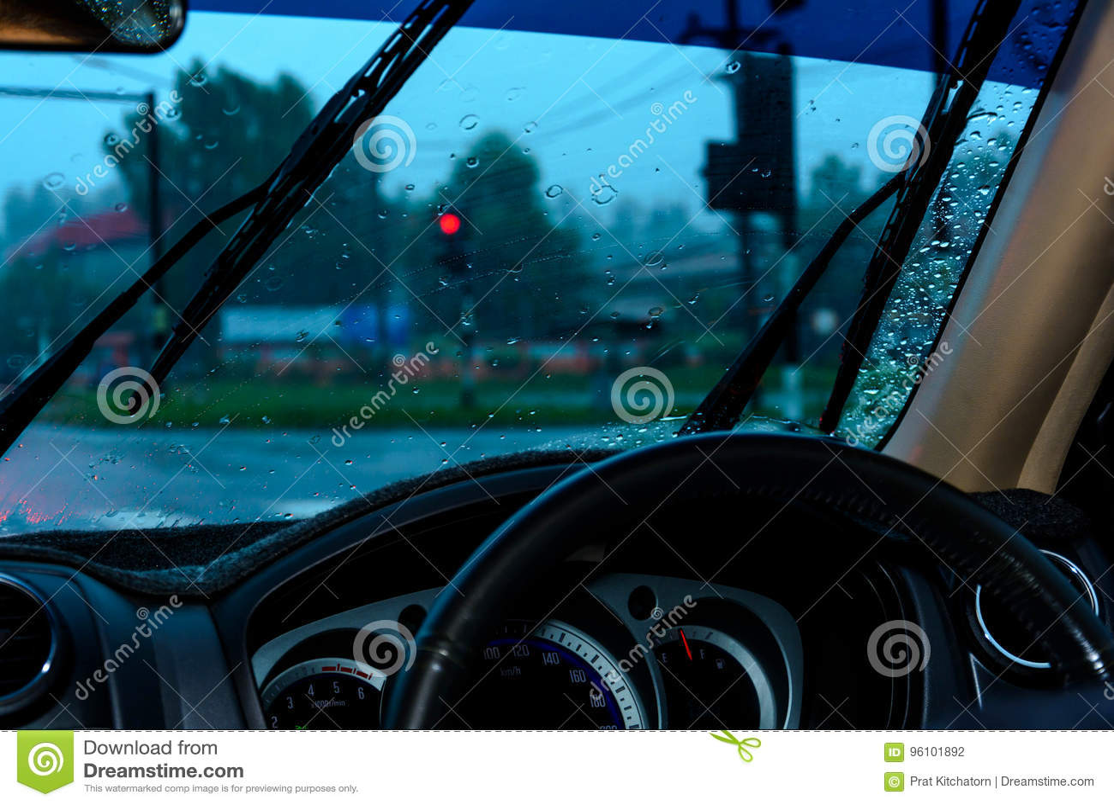 Treibender Regen und Warten auf das Verkehrszeichen