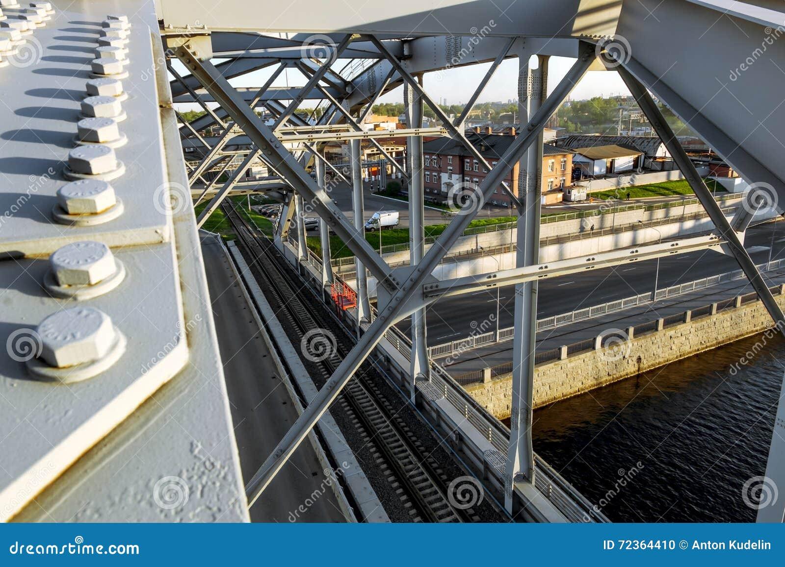 Trein Amerikaanse bruggen over Obvodny-kanaal bij zonsondergang in St. Petersburg Rusland