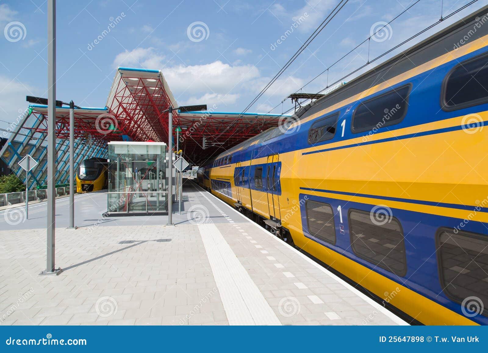Trein bij de centrale post van een Nederlandse stad